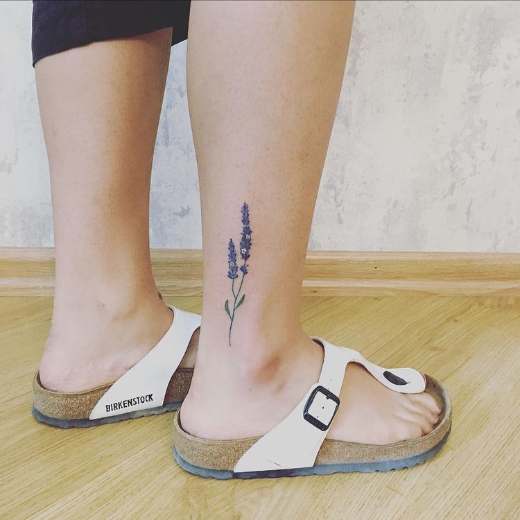 модная татуировка цветка на щиколотке