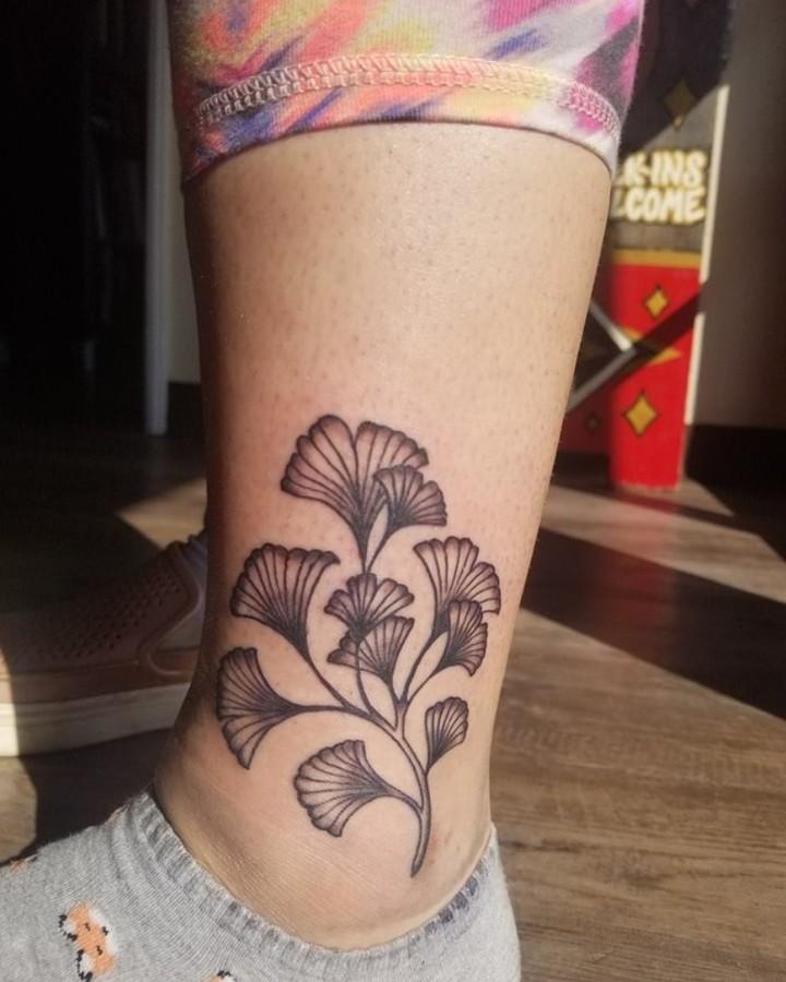 большая татуировка цветка на щиколотке