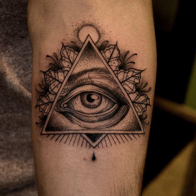 Татуировка глаз в треугольнике: значение, фото и эскизы