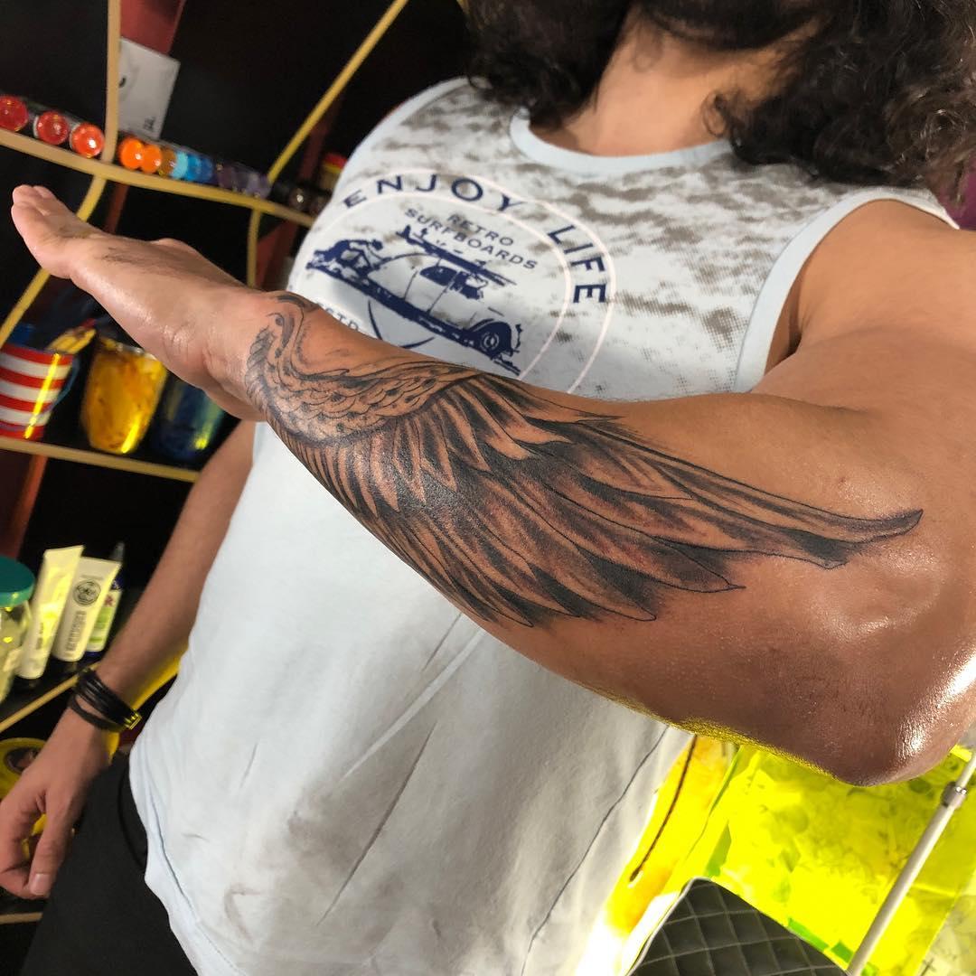 тату крыла на руке