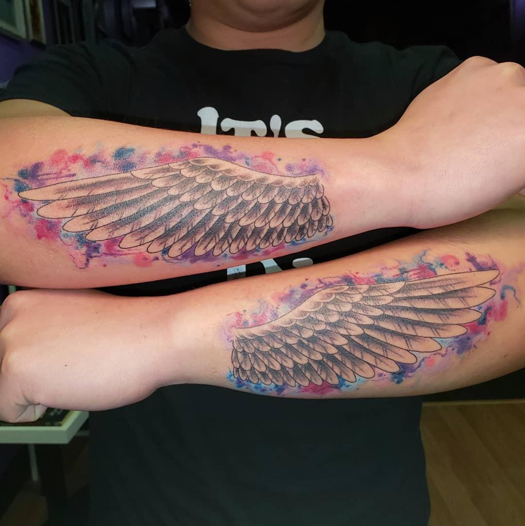 акварельные тату крыльев на руке