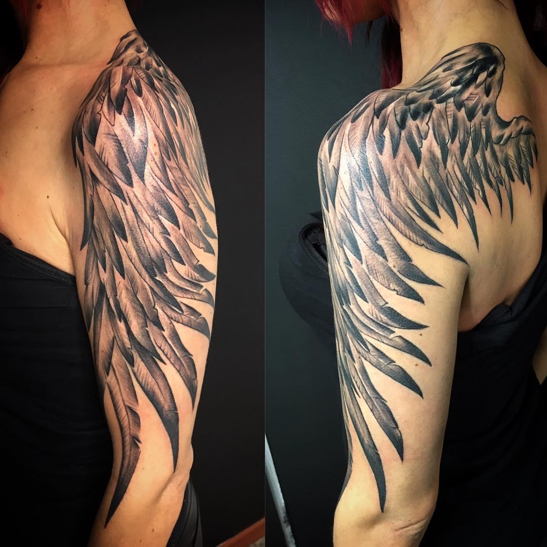 женское тату крыльев на плече