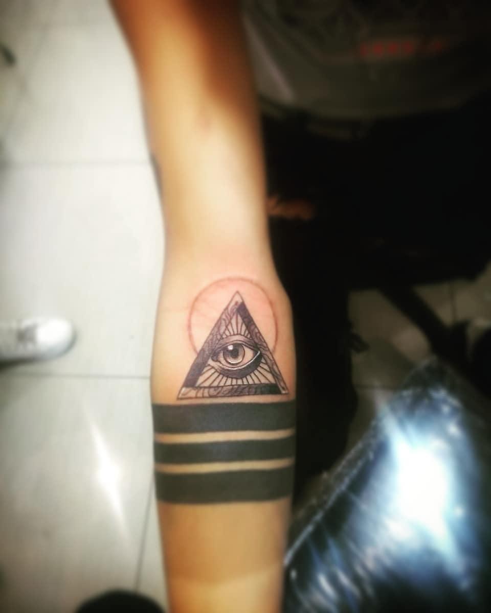 Значение тату глаз в треугольнике