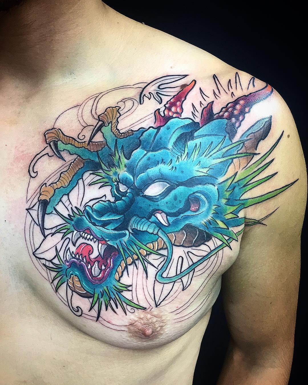 татуировка синего дракона на груди
