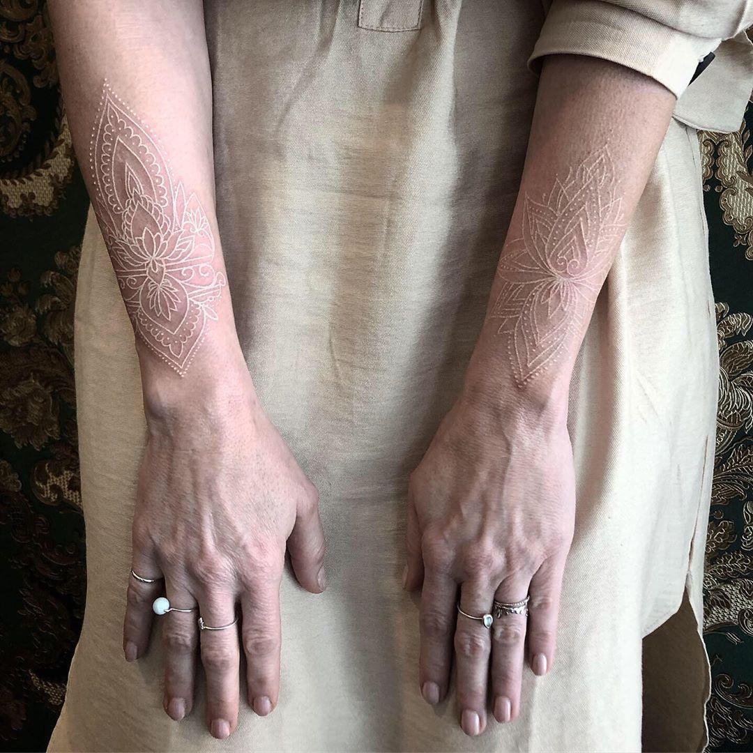 женская белая татуировка