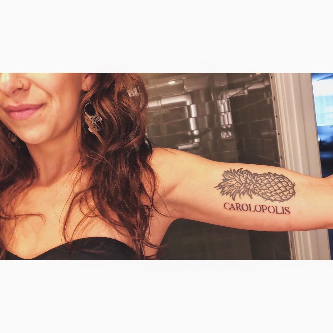 татуировка ананаса и надписи на руке