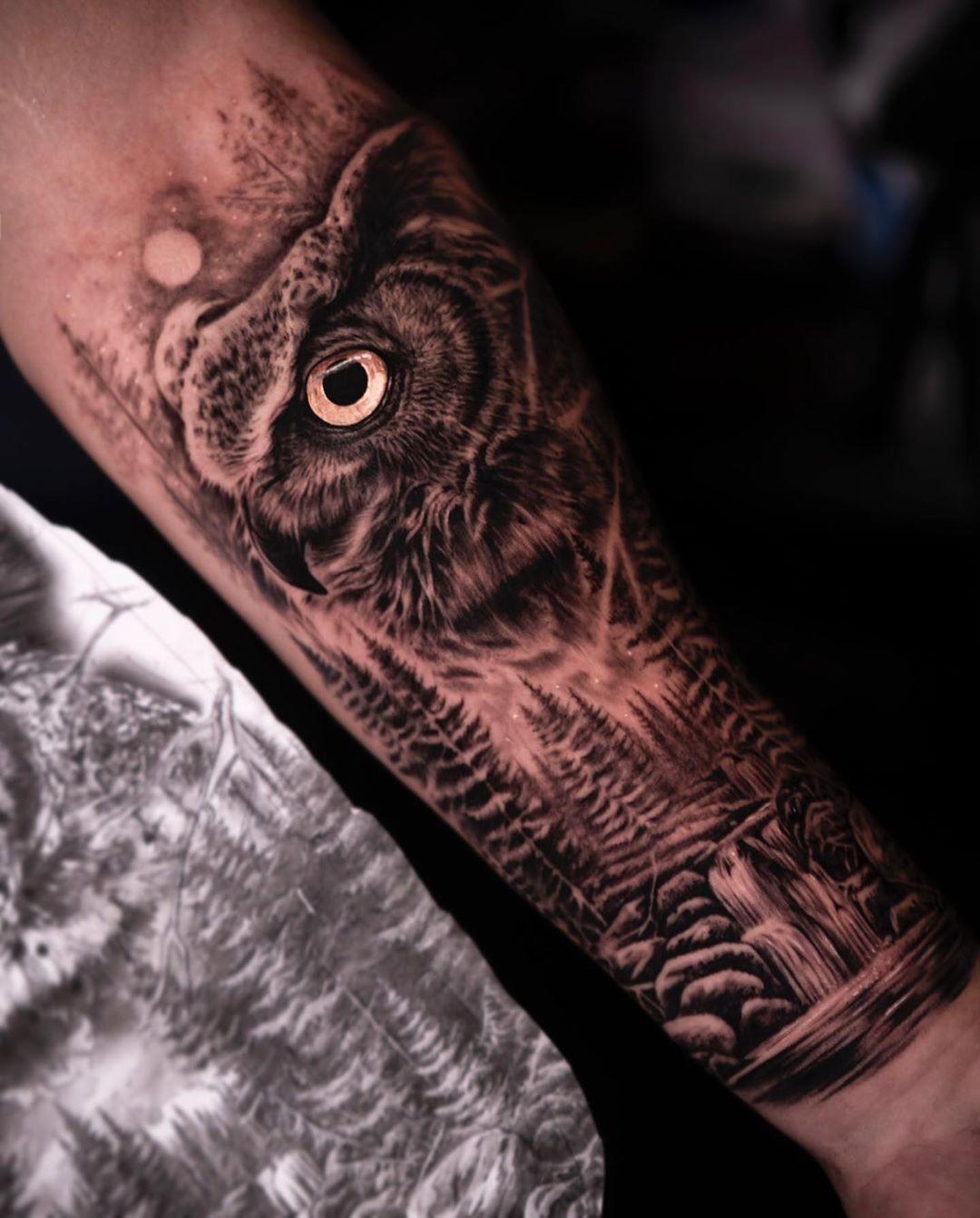 татуировка леса и совы на руке