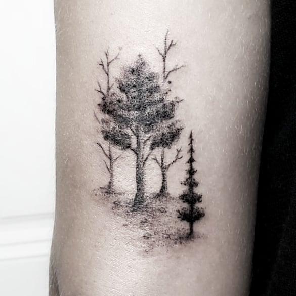 маленькая татуировка леса на руке