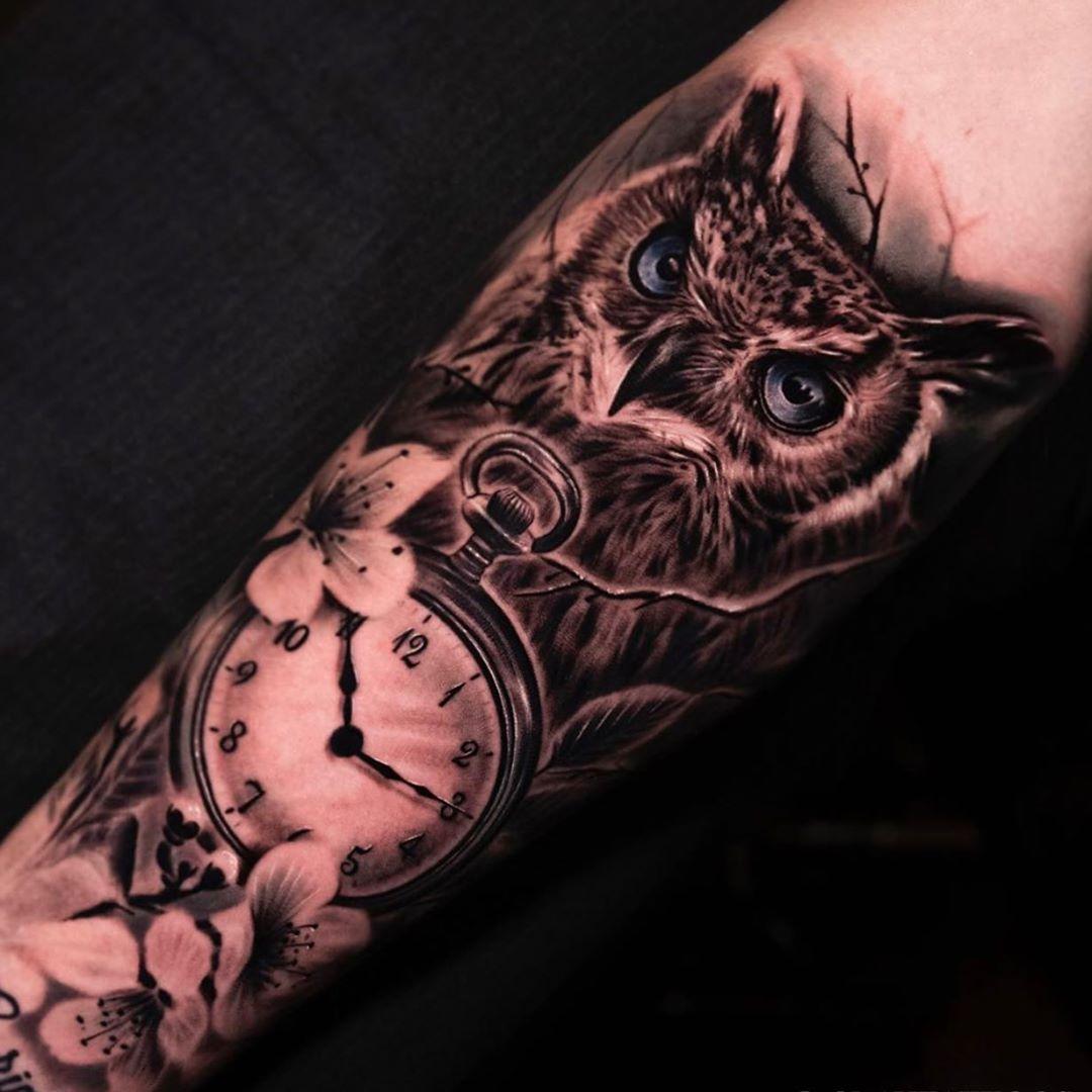 тату совы и часов на руке