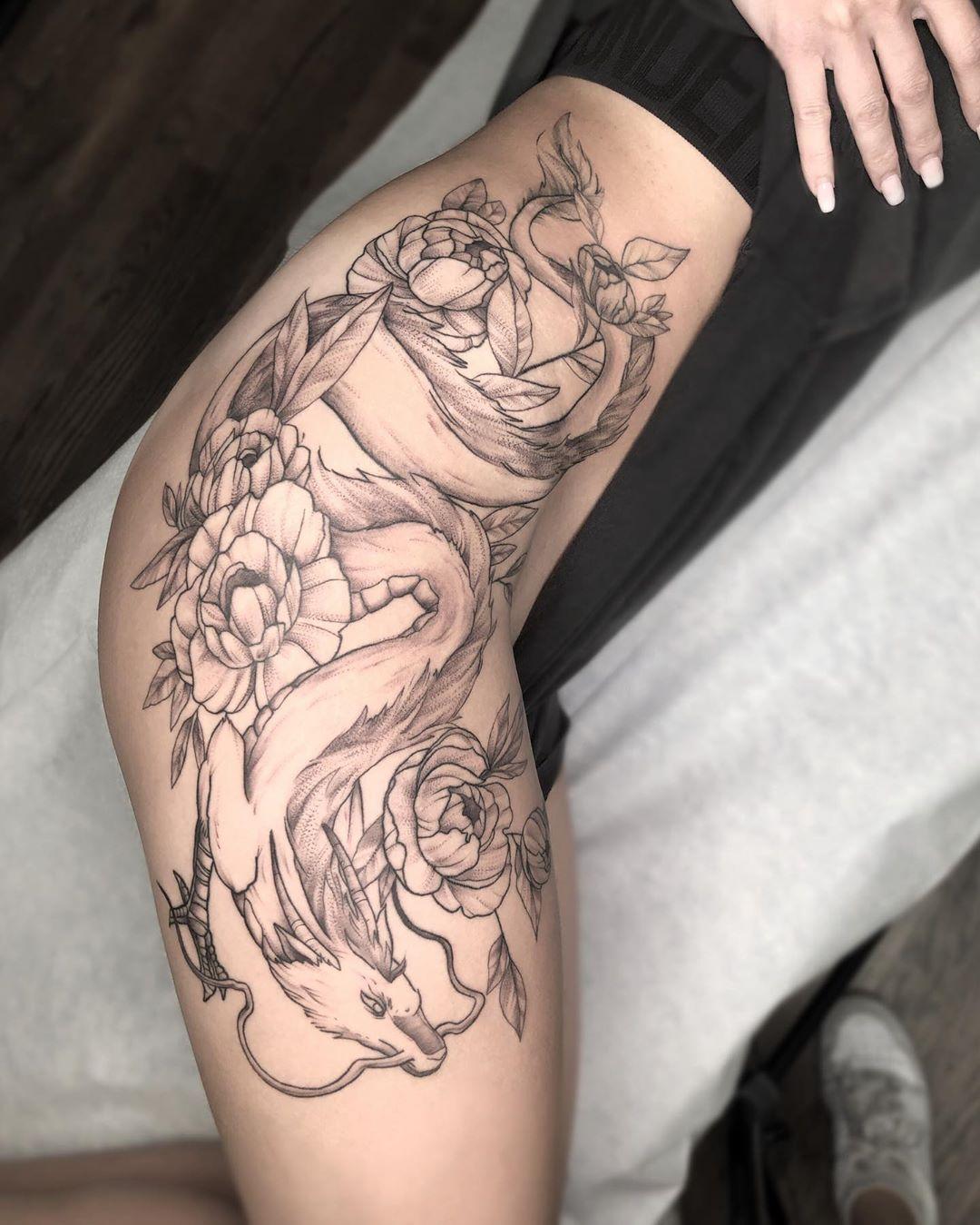 татуювання дракона на всьому бедрі