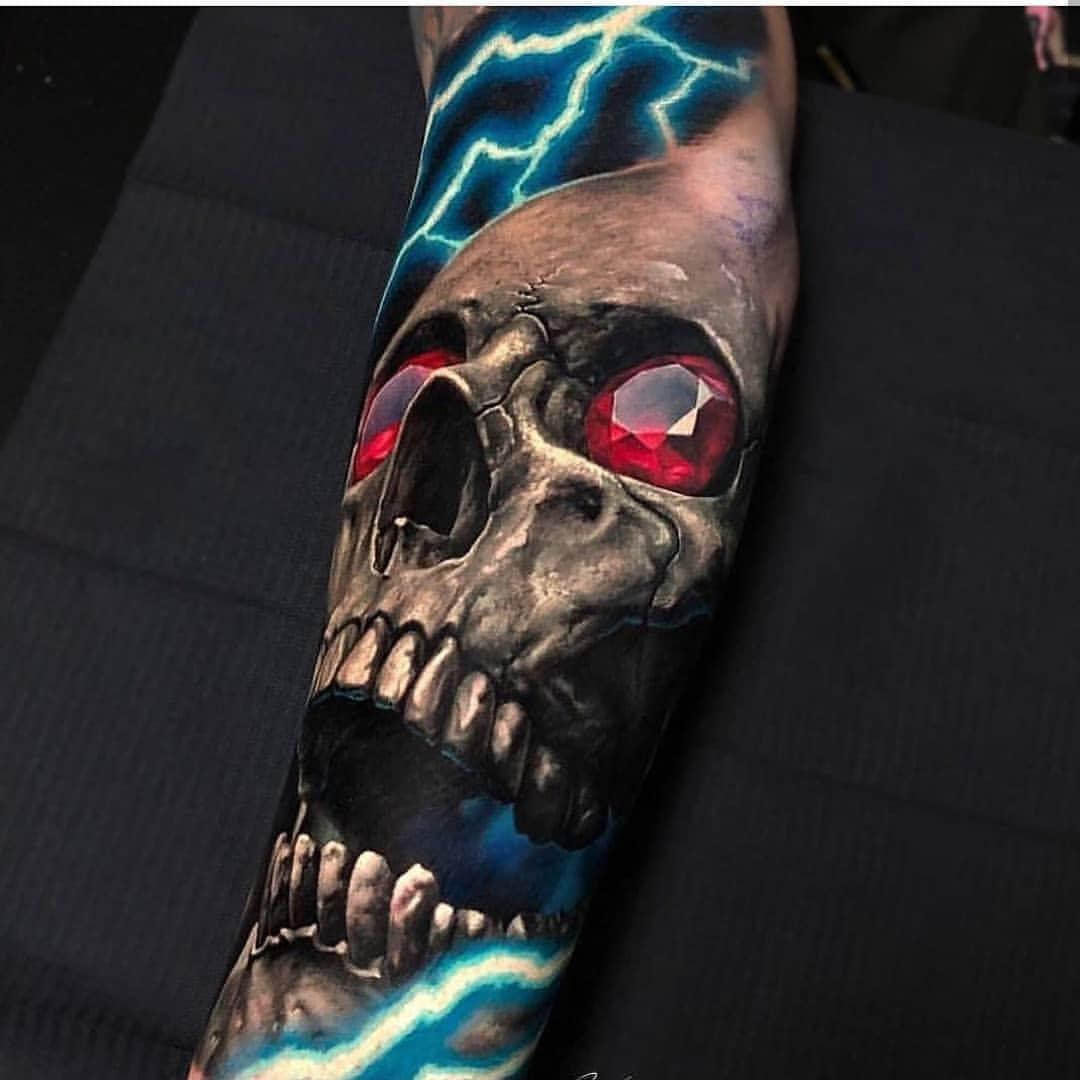 красочная татуировка черепа на руке