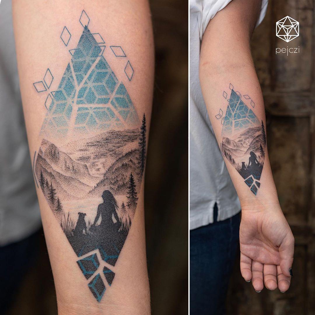 красочная геометрическая татуировка на руке