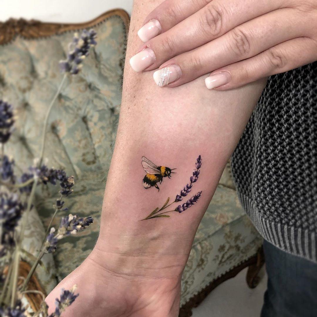 цветная татуировока на руке цветов