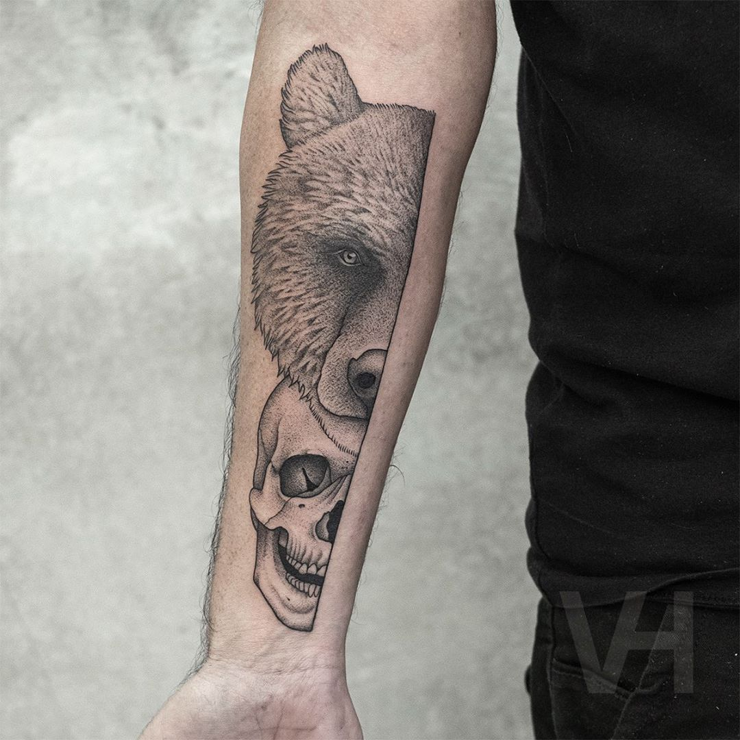 тату на руке медведя и черепа
