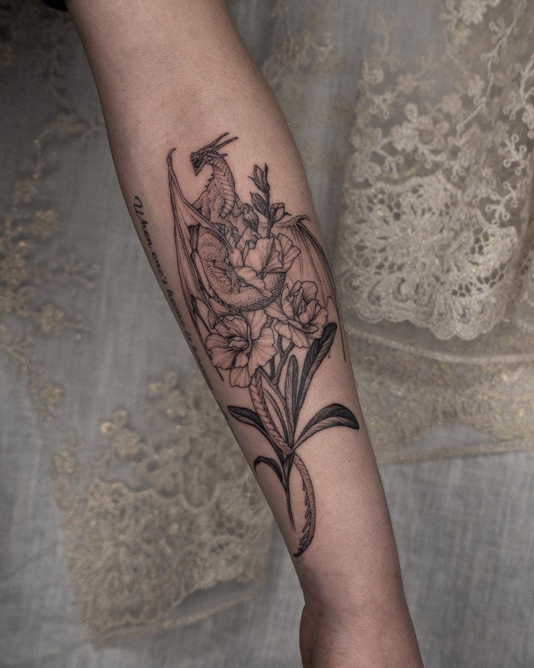 татуировка цветов и дракона на руке