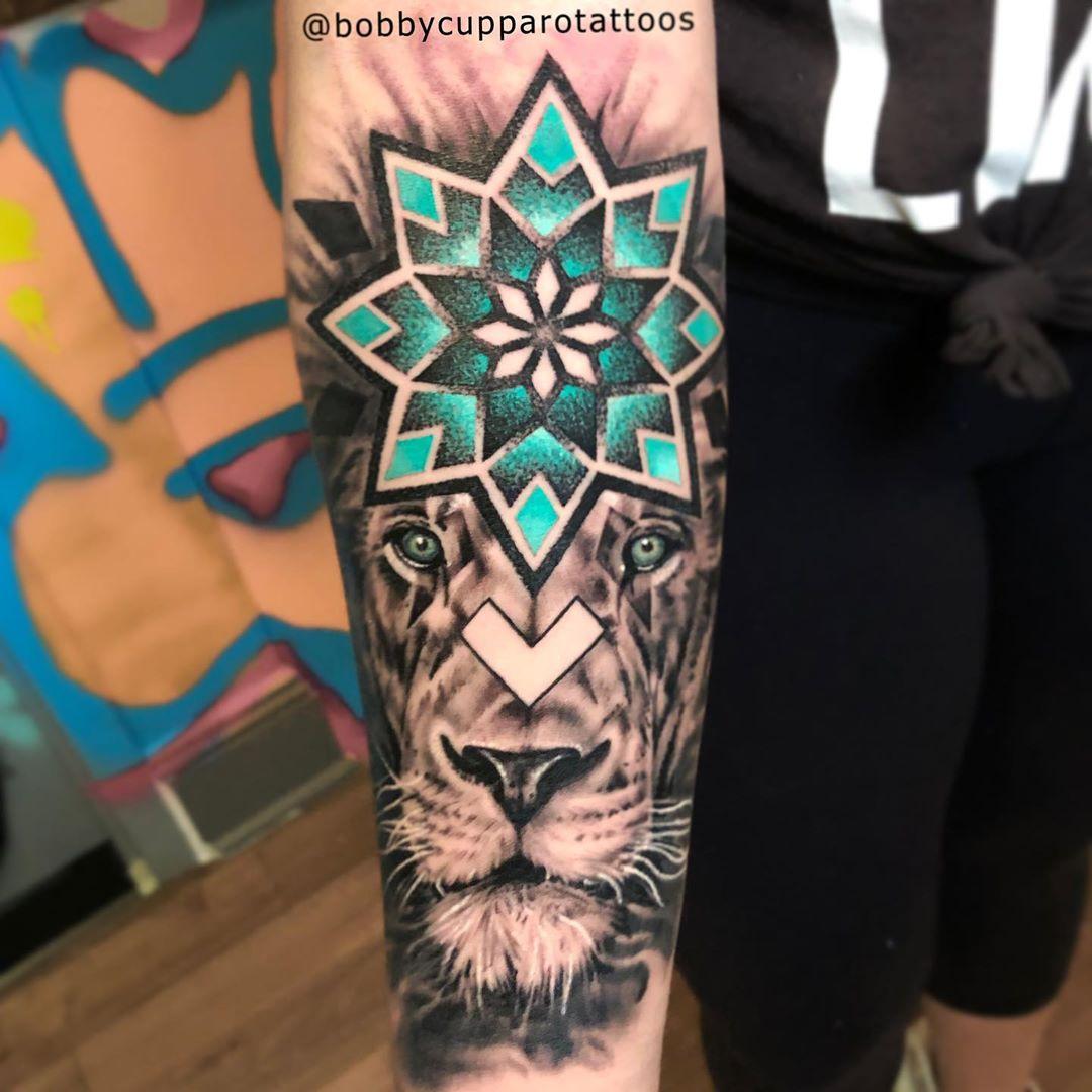 геометрическая татуировка льва