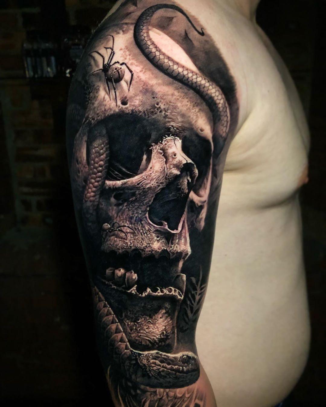 татуировка черепа и змей