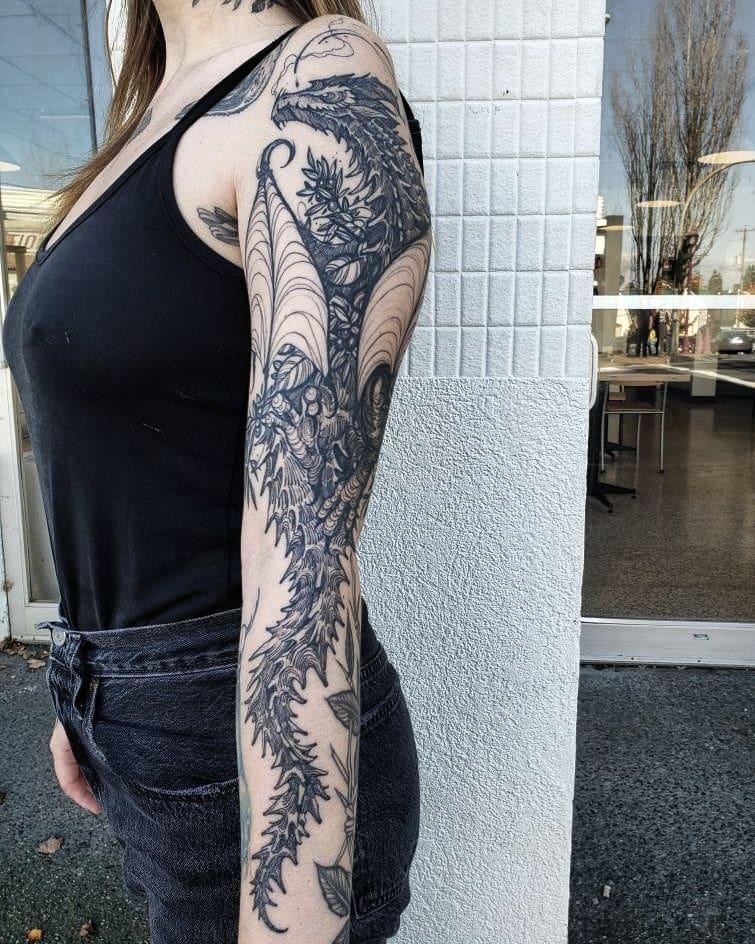 жіноче татуювання дракона на руці