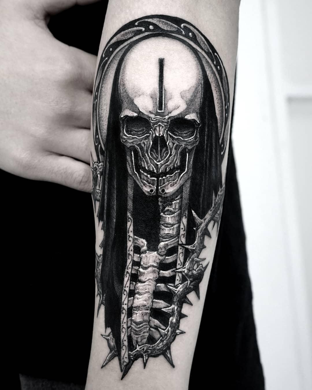 татуировка скелета на руке