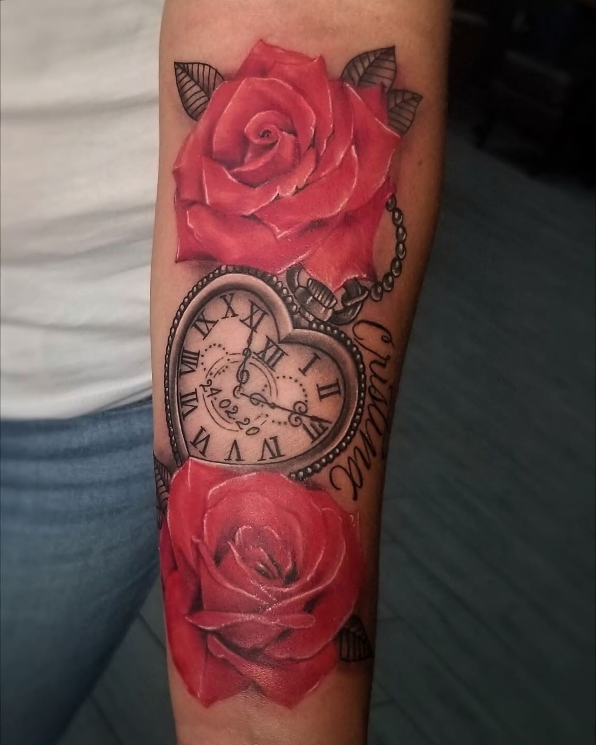красивое тату часов с красными розами на руке