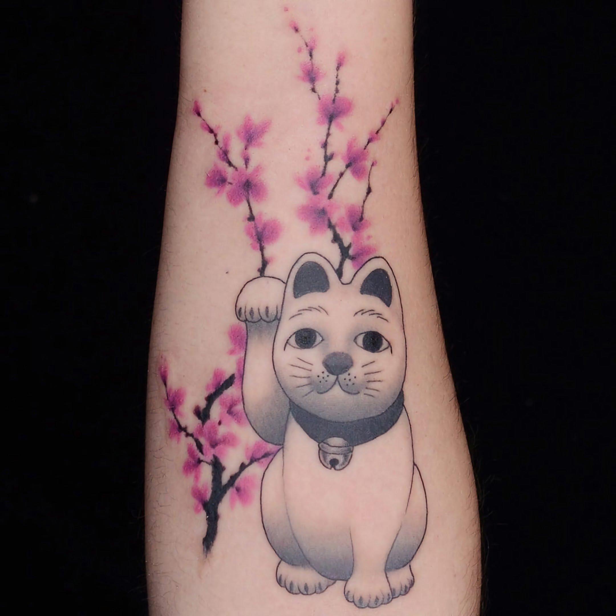 красивая разноцветная татуировка на руке с цветами и кошкой
