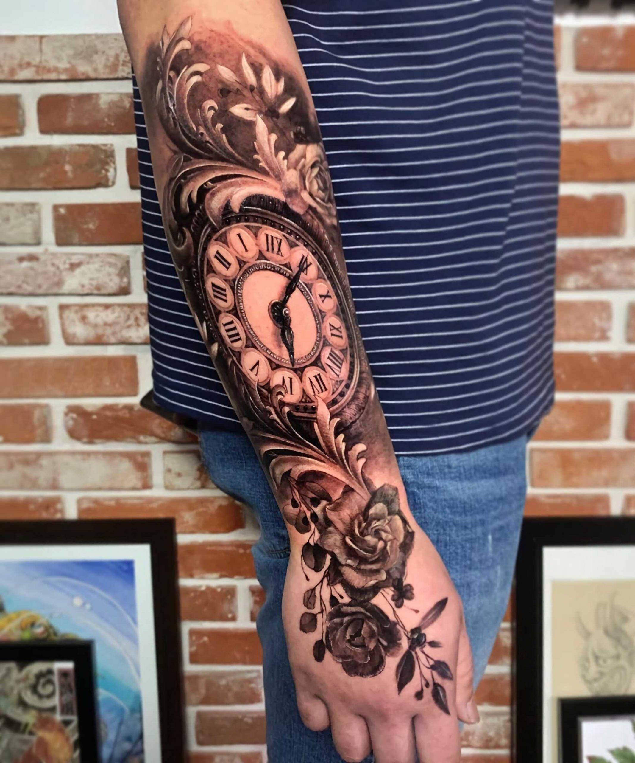 тату часов с цветами на руке