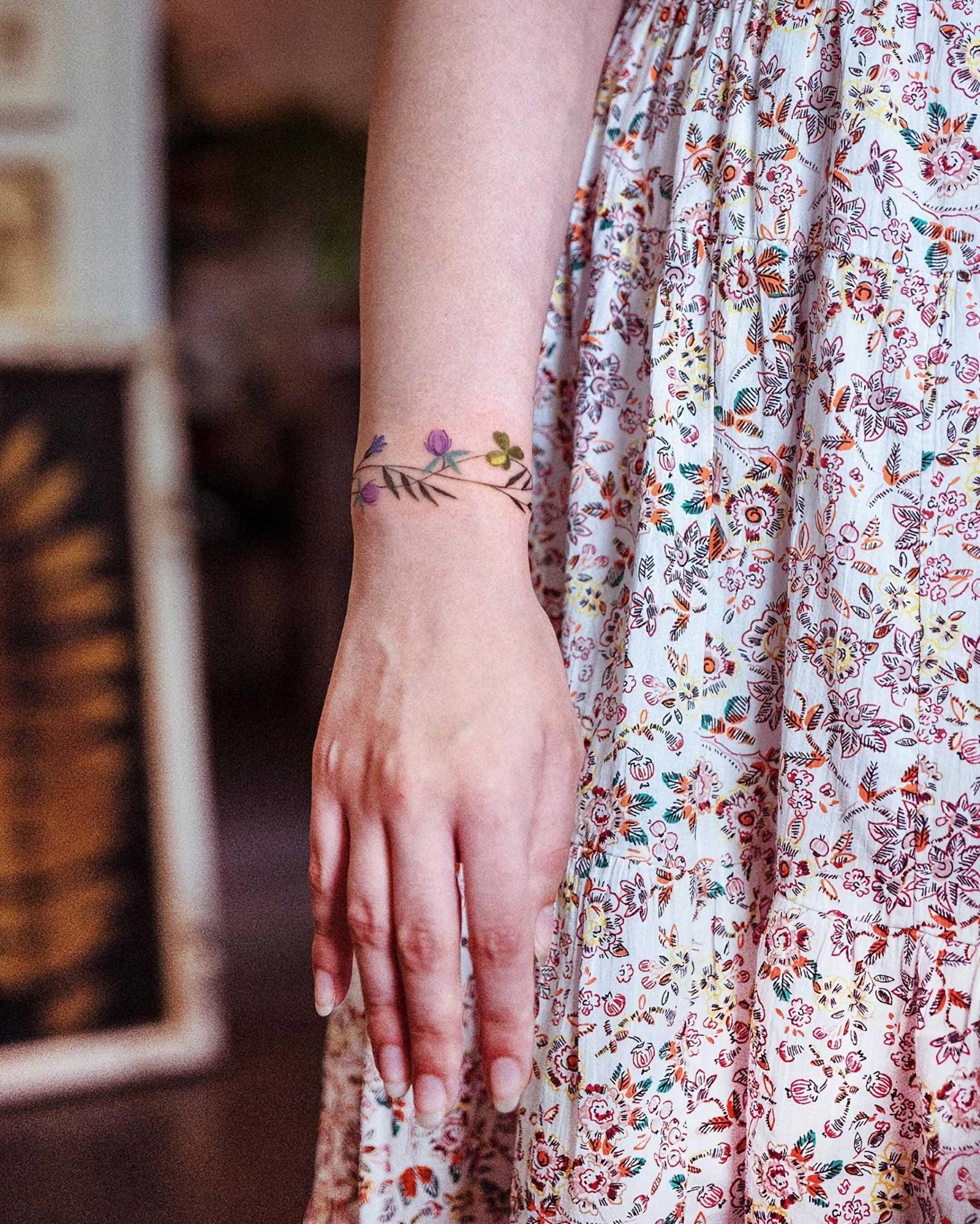 татуировка цветочного браслета на руке