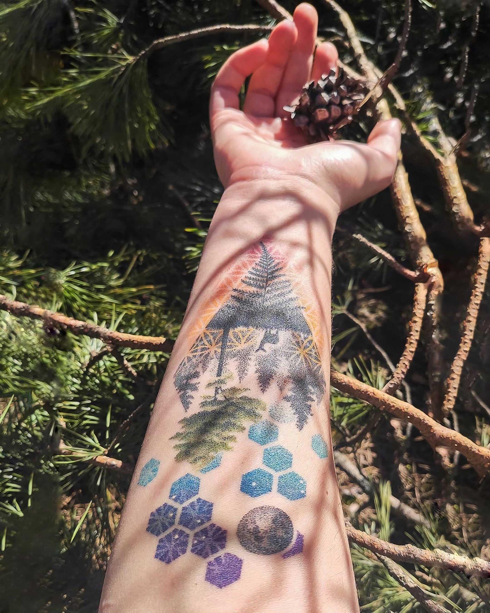 акварельная татуировка леса на руке