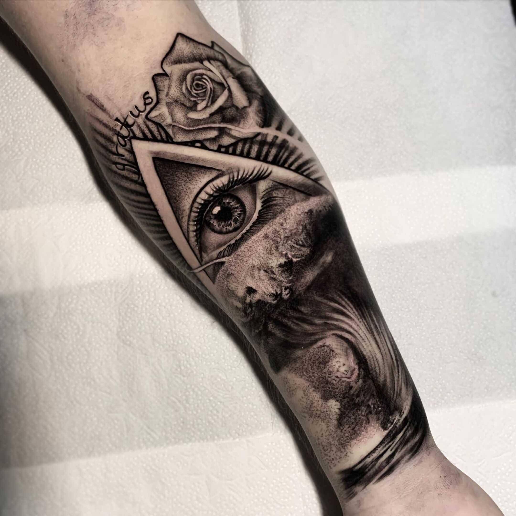 модное тату всевидящего глаза на руке