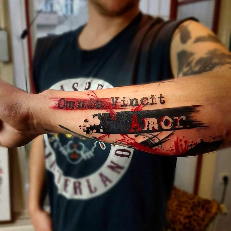 тату надпись на латыни с красной краской