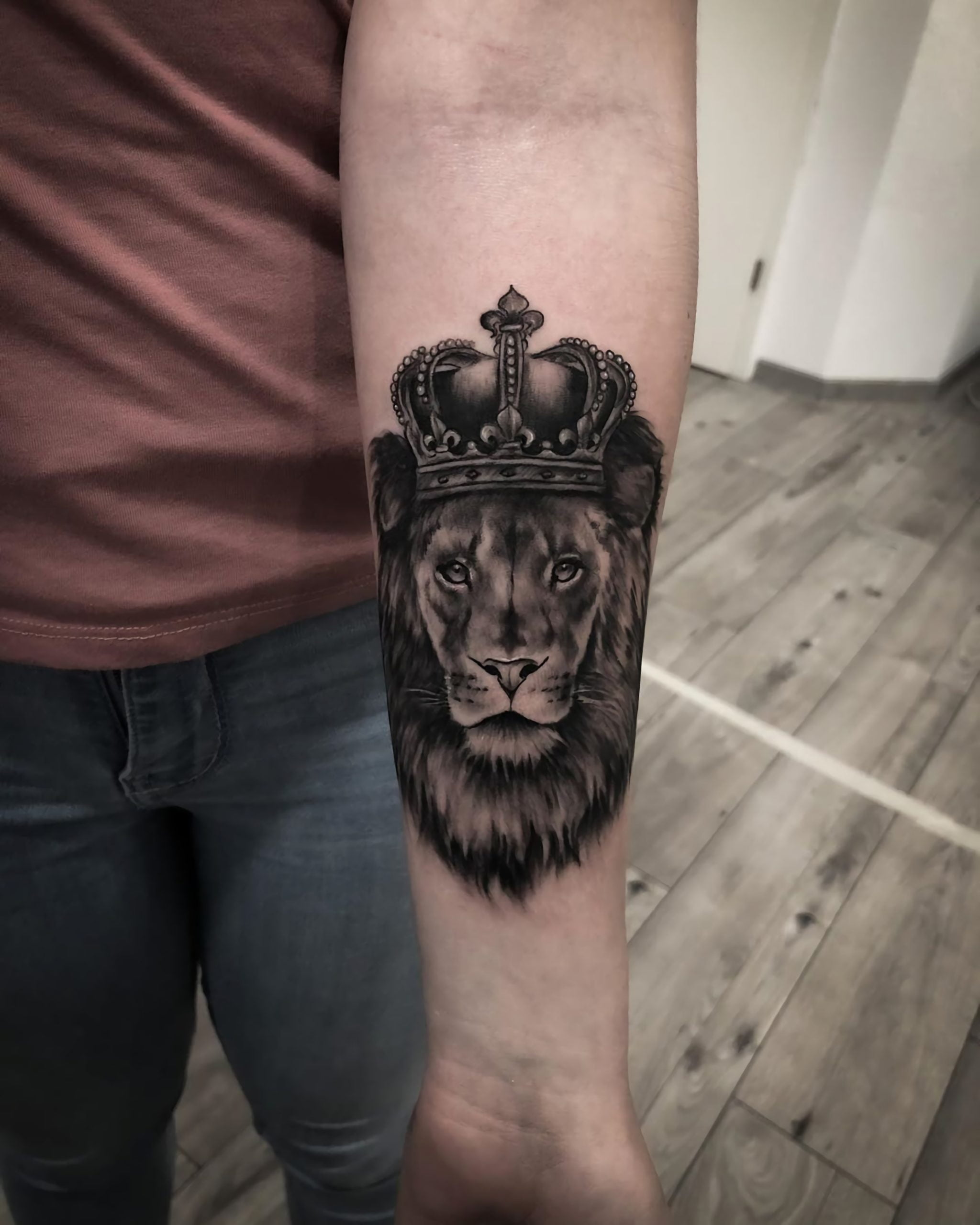 стильная татуировка короны и льва