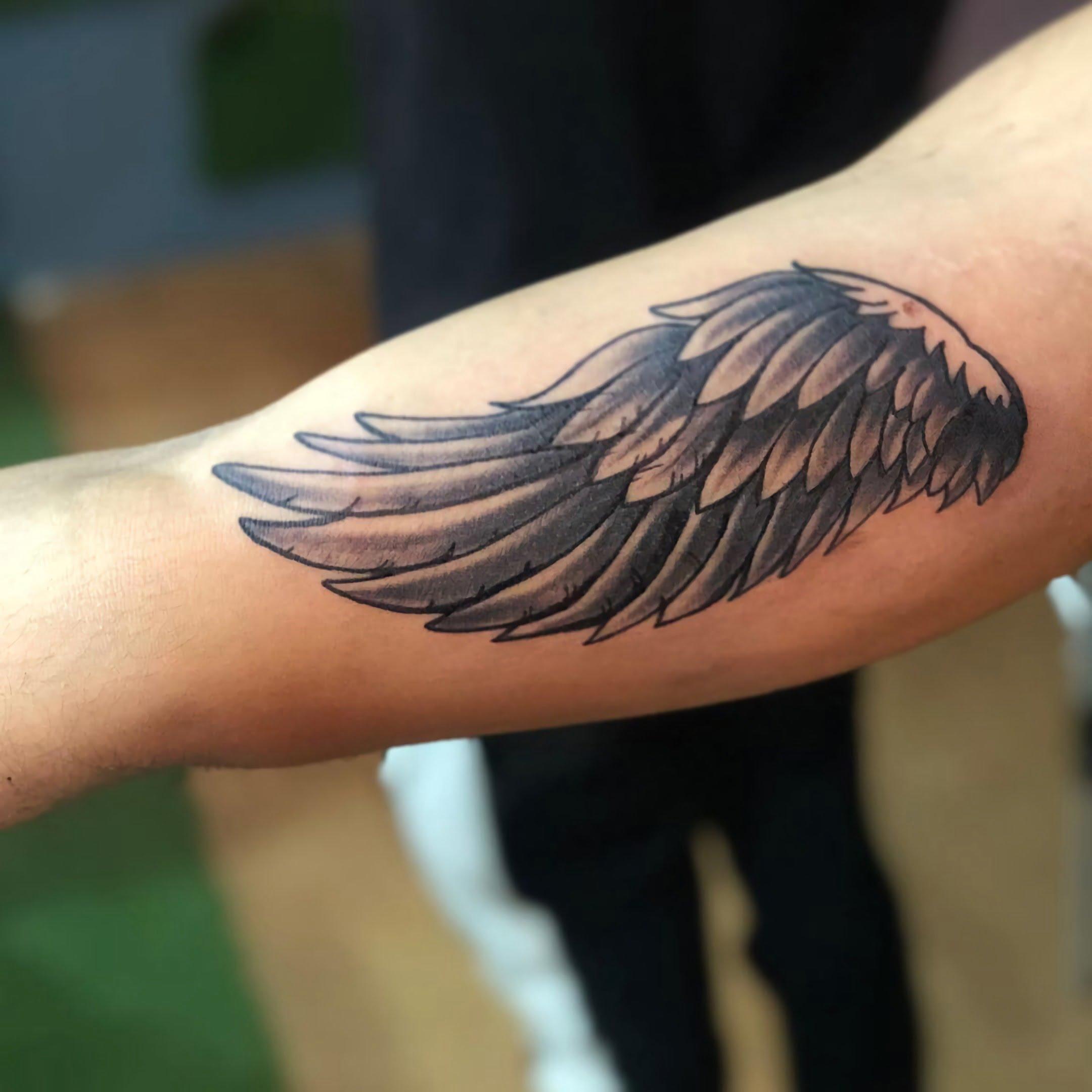 модная татуировка крыла на руке