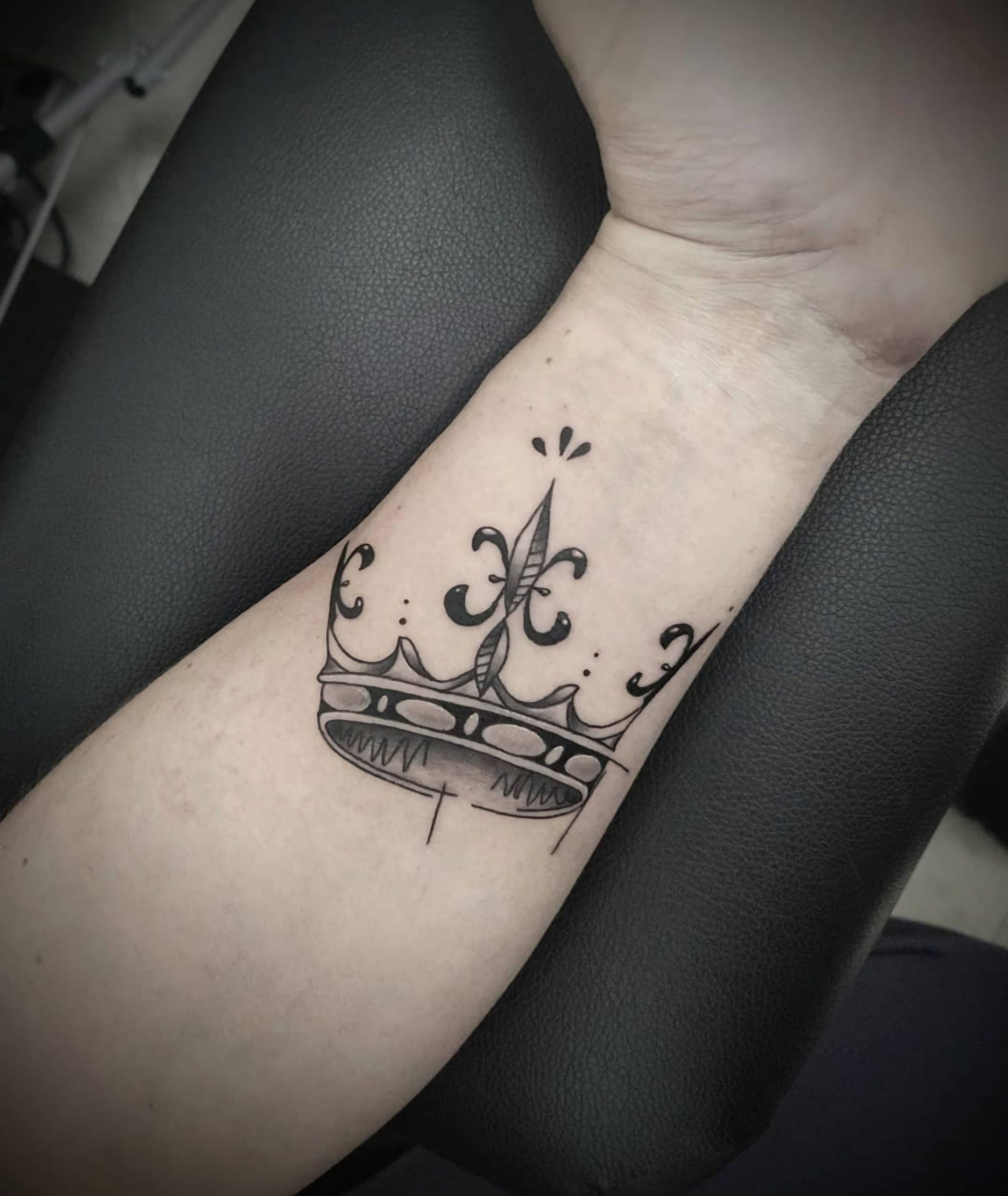 стильная татуировка короны на запястье