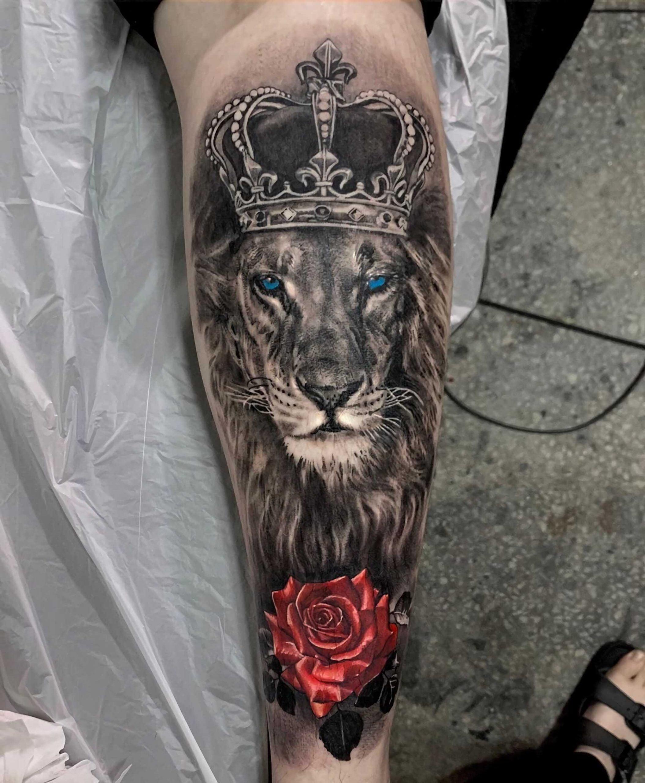 тату короны на руке с львом и красной розой
