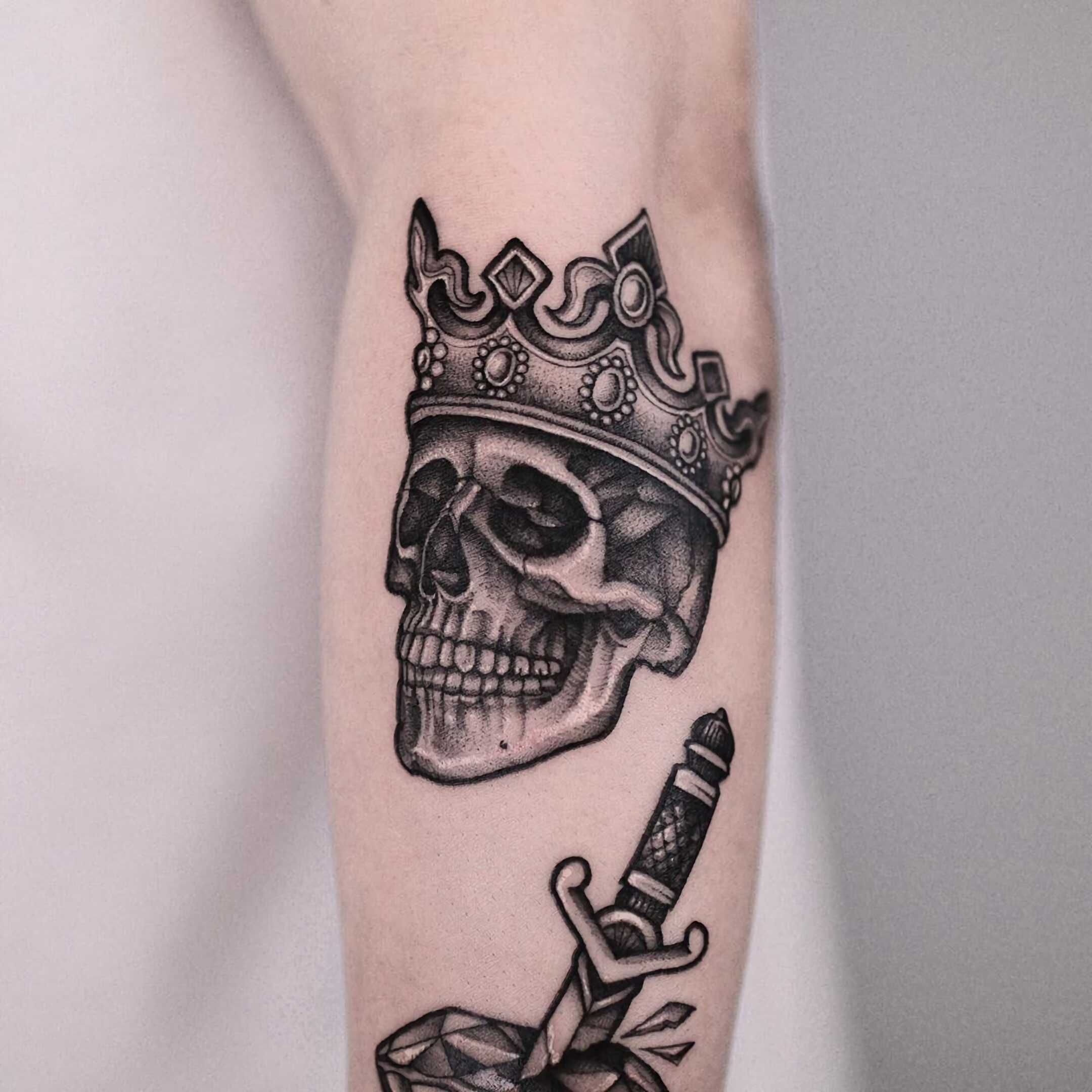 тату короны и черепа на руке