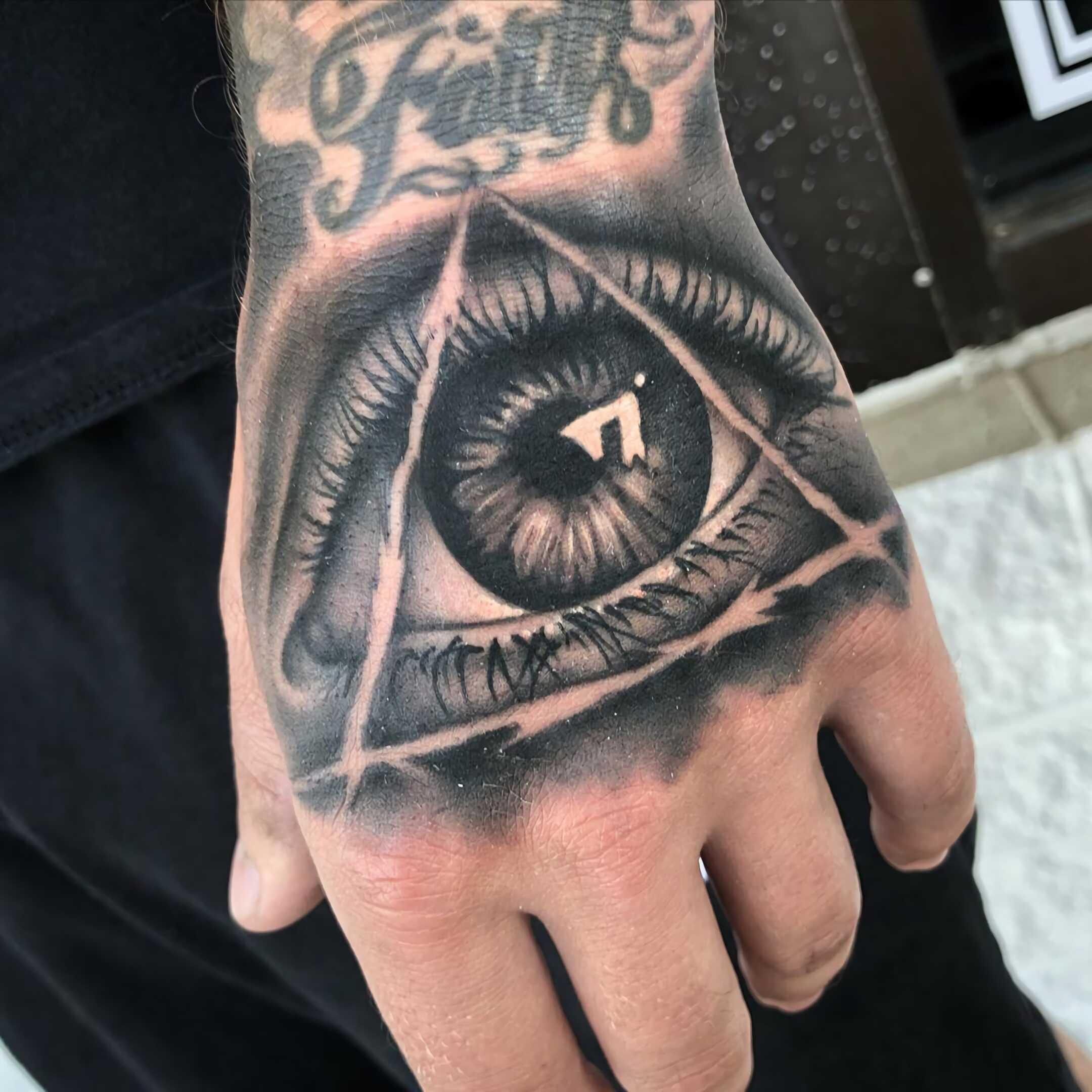 тату всевидящего глаза на руке