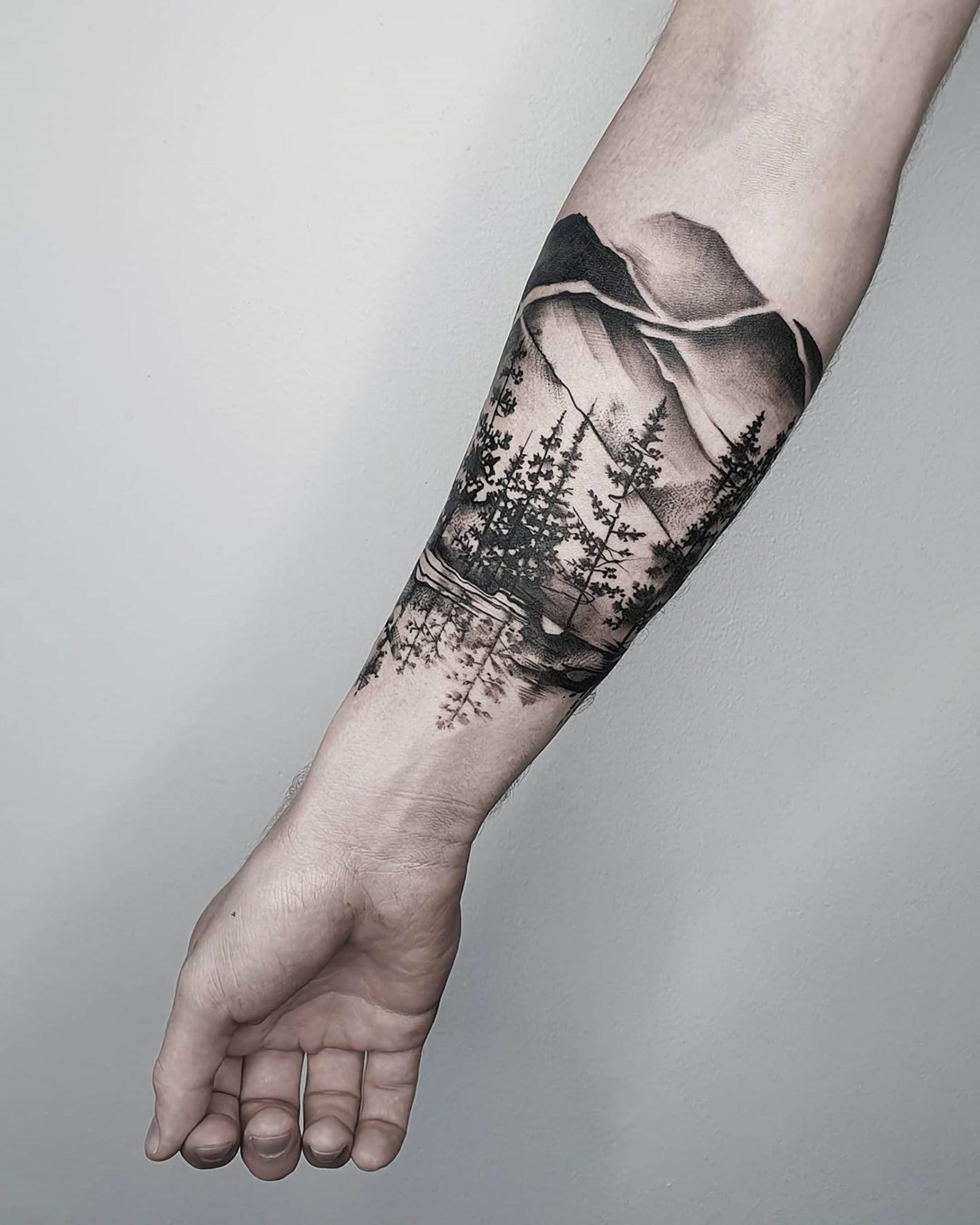 красивое тату леса на руке