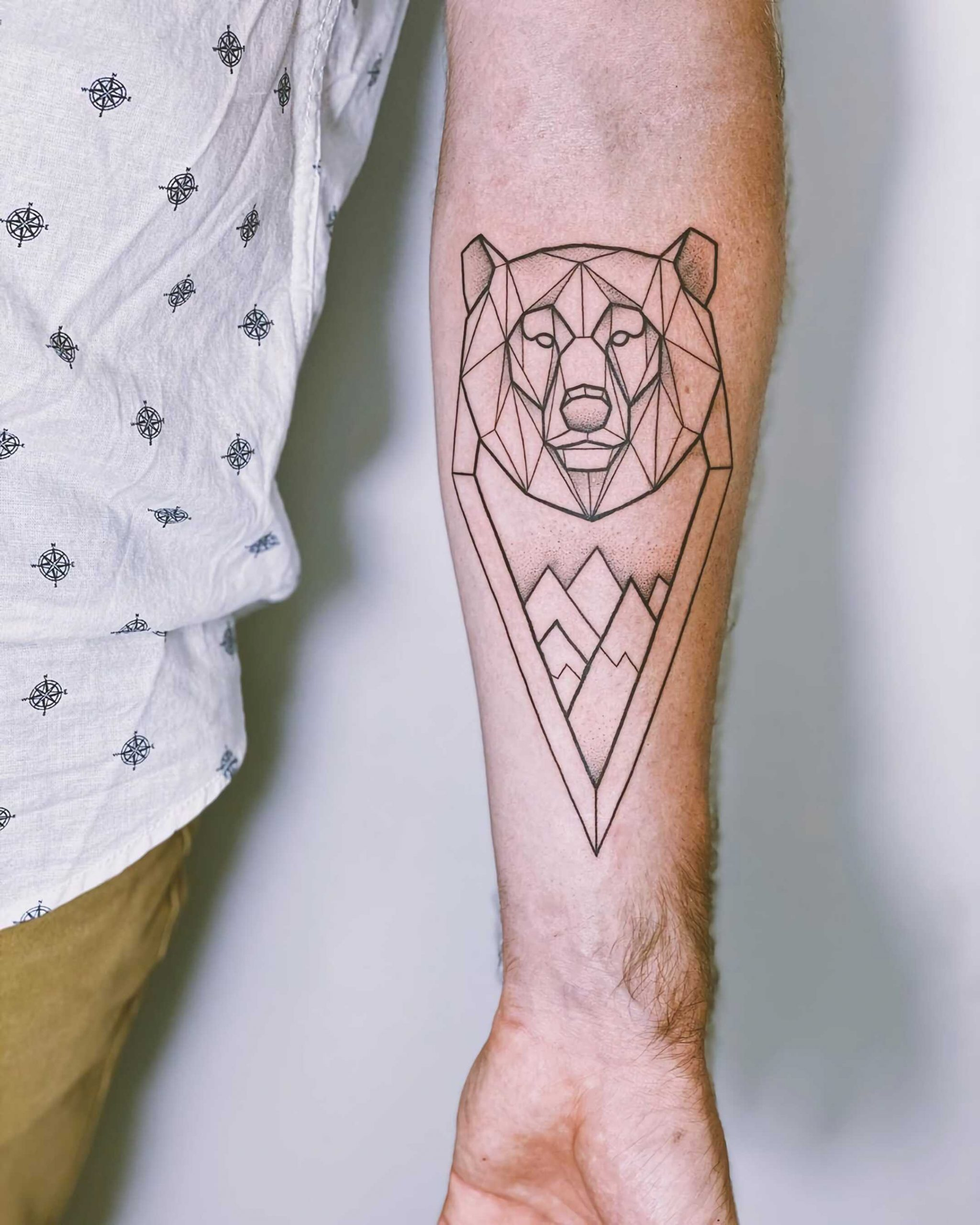 геометрическое тату медведя на руке