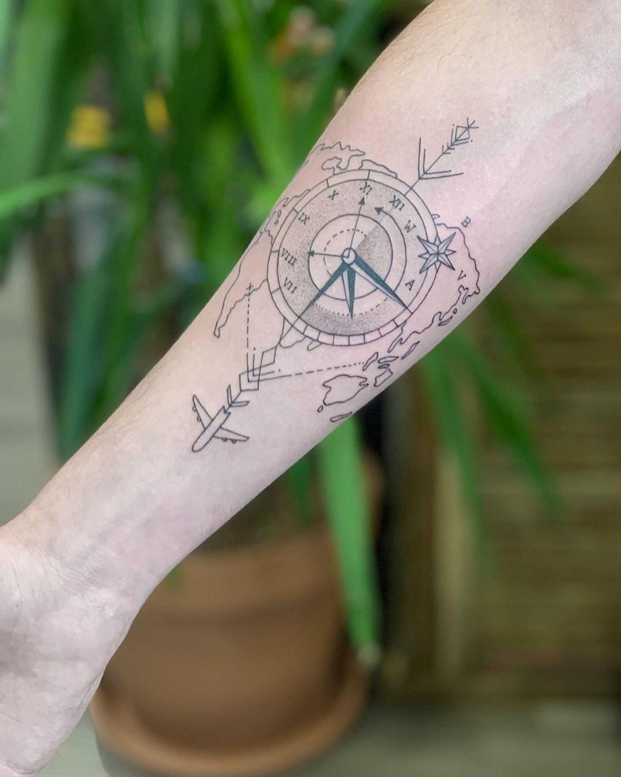тату компаса на руке в геометрическом стиле