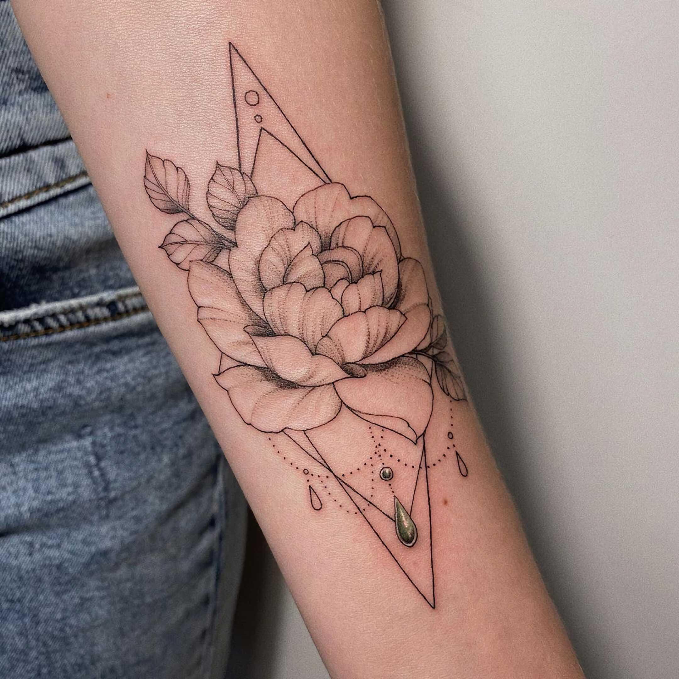 геометрическое тату с цветком на руке