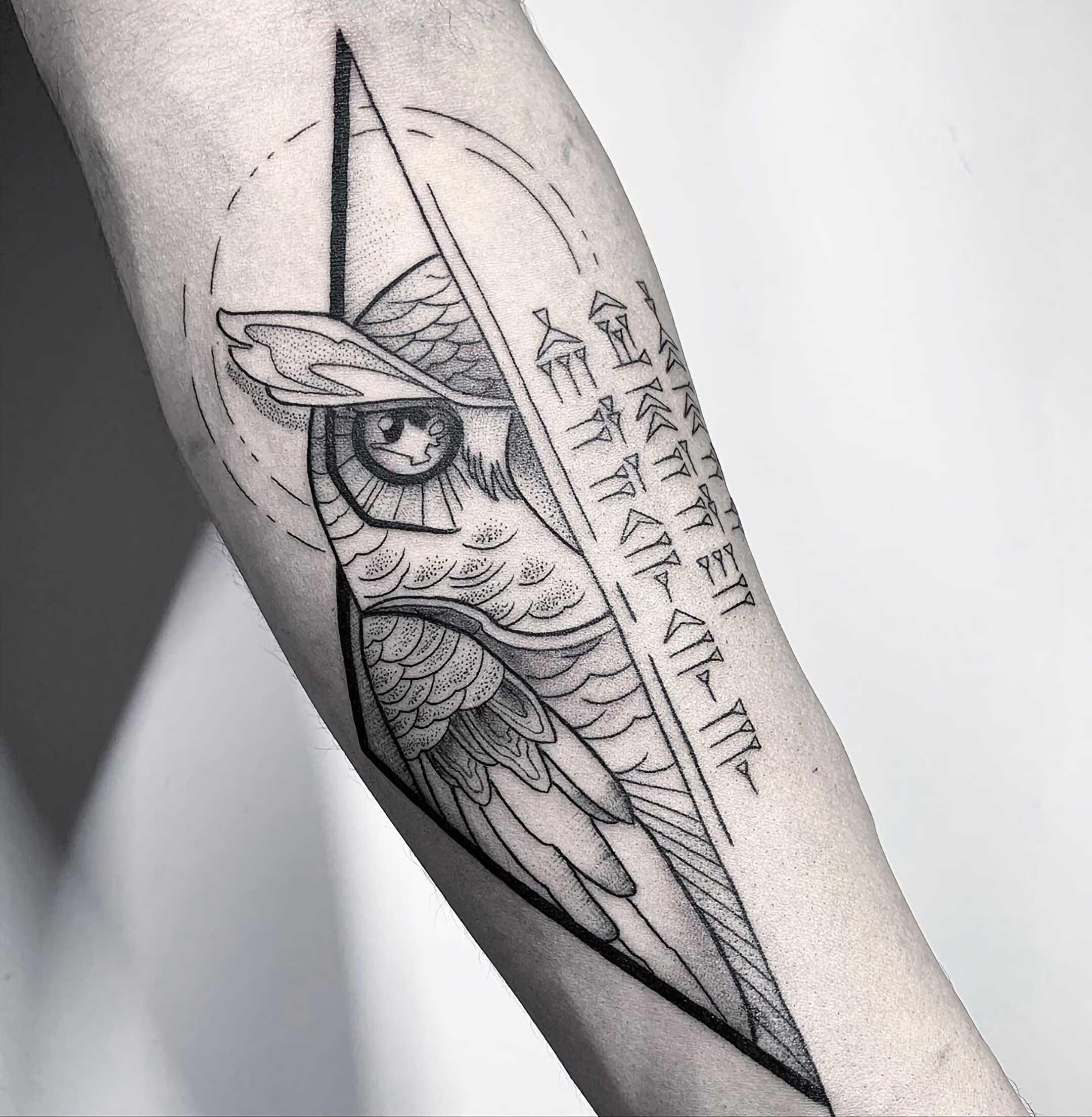 тату совы на руке в геометрическом стиле