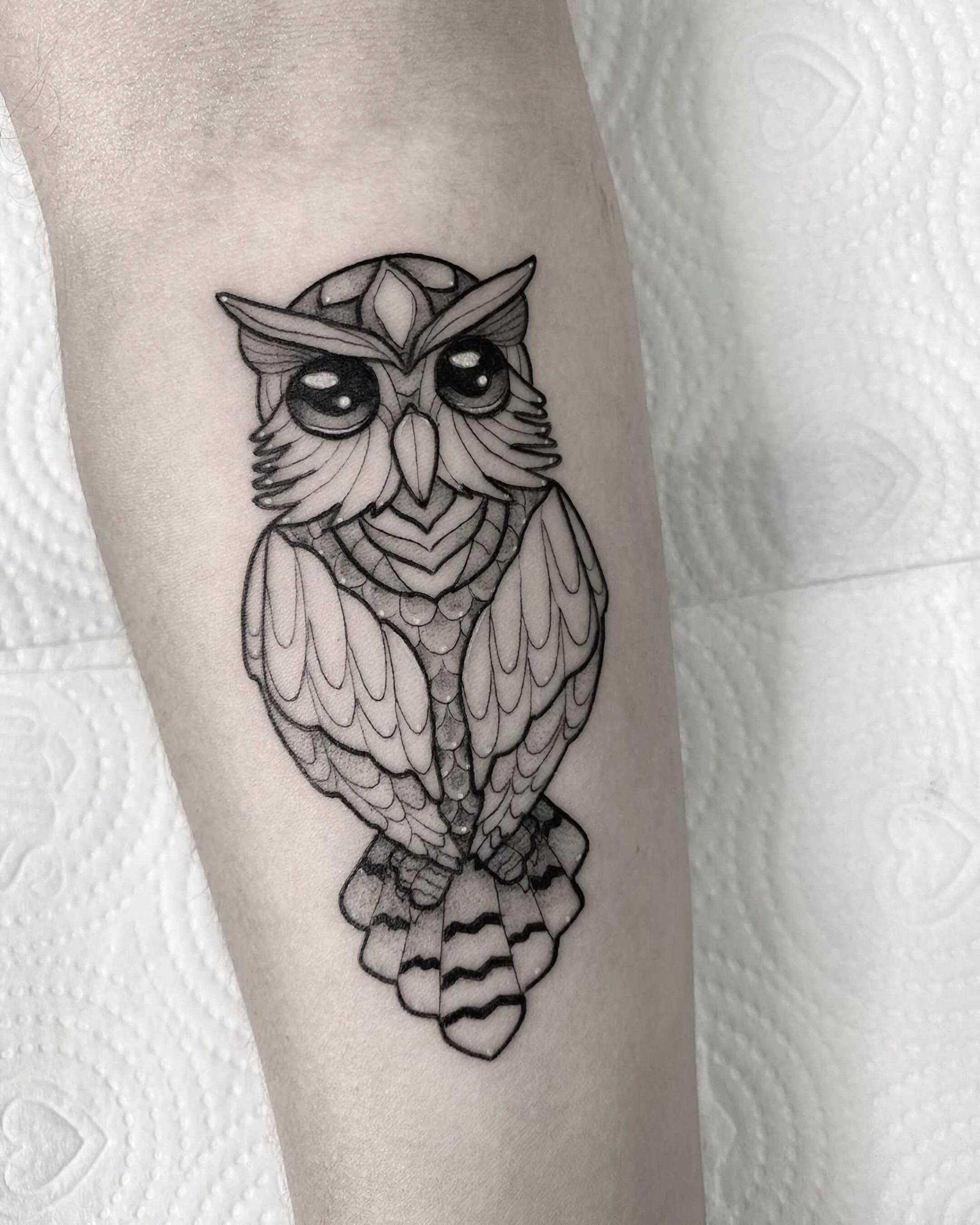 геометрическая татуировка совы на руке