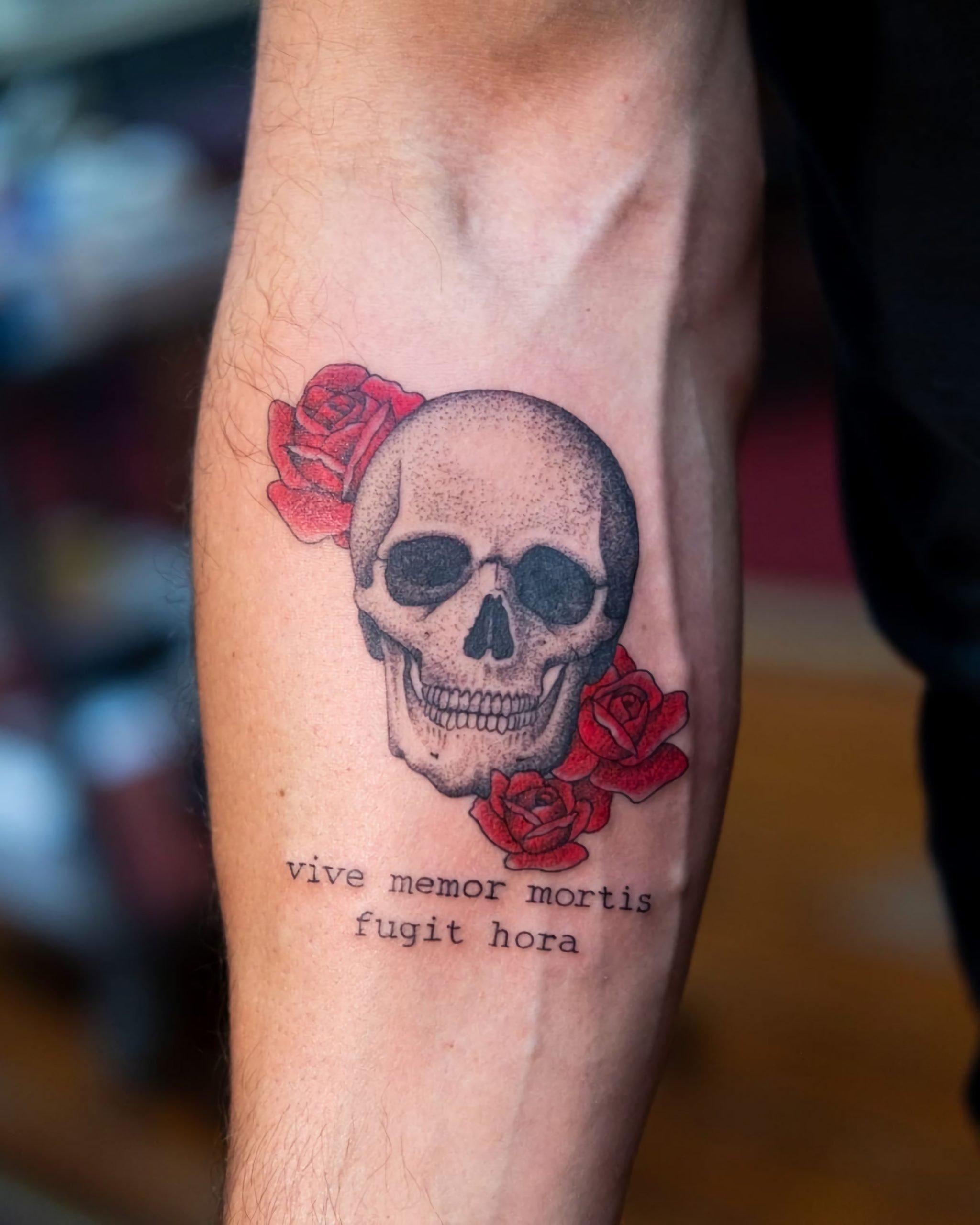 тату надпись на латыни с черепом