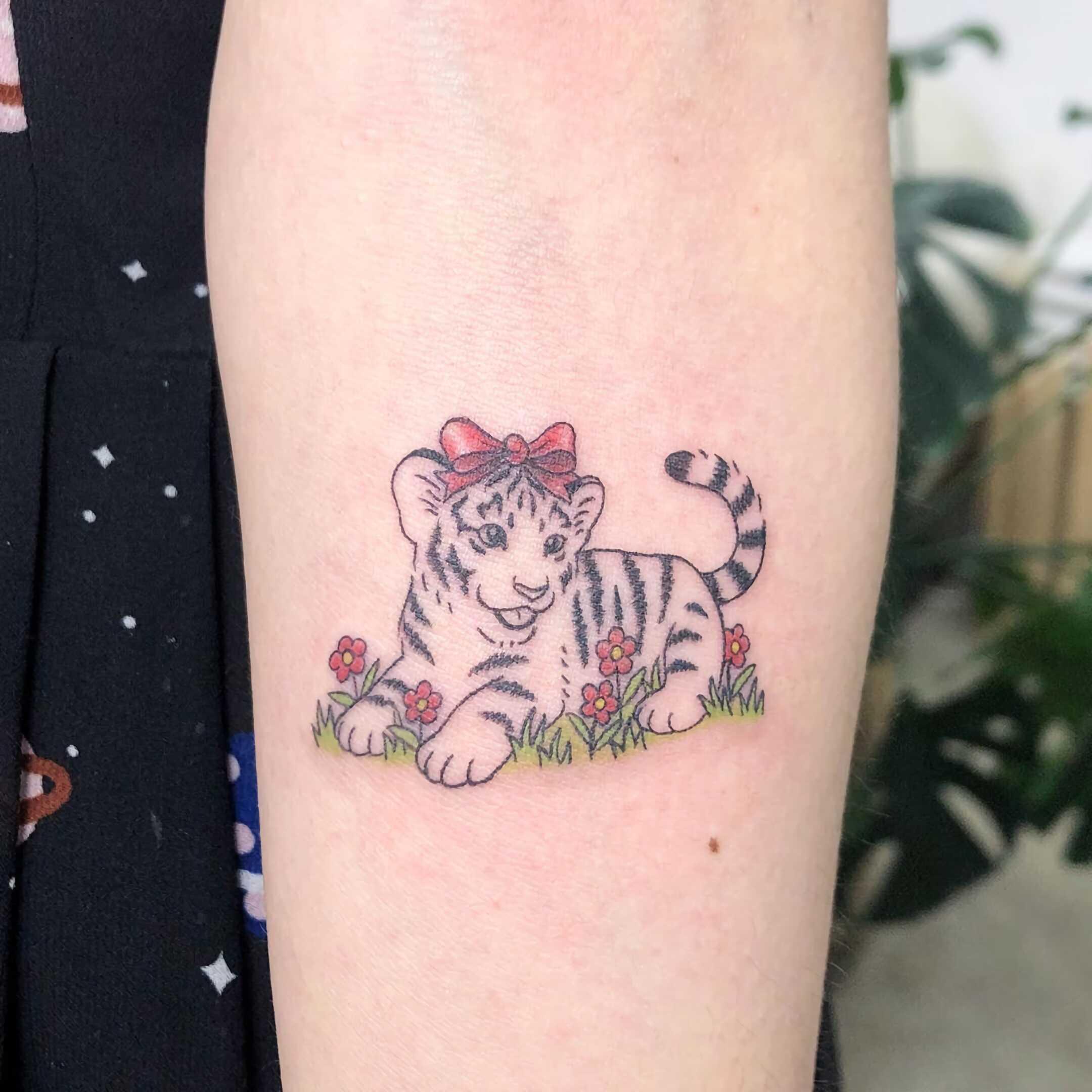 тату маленького тигра на руке с цветами