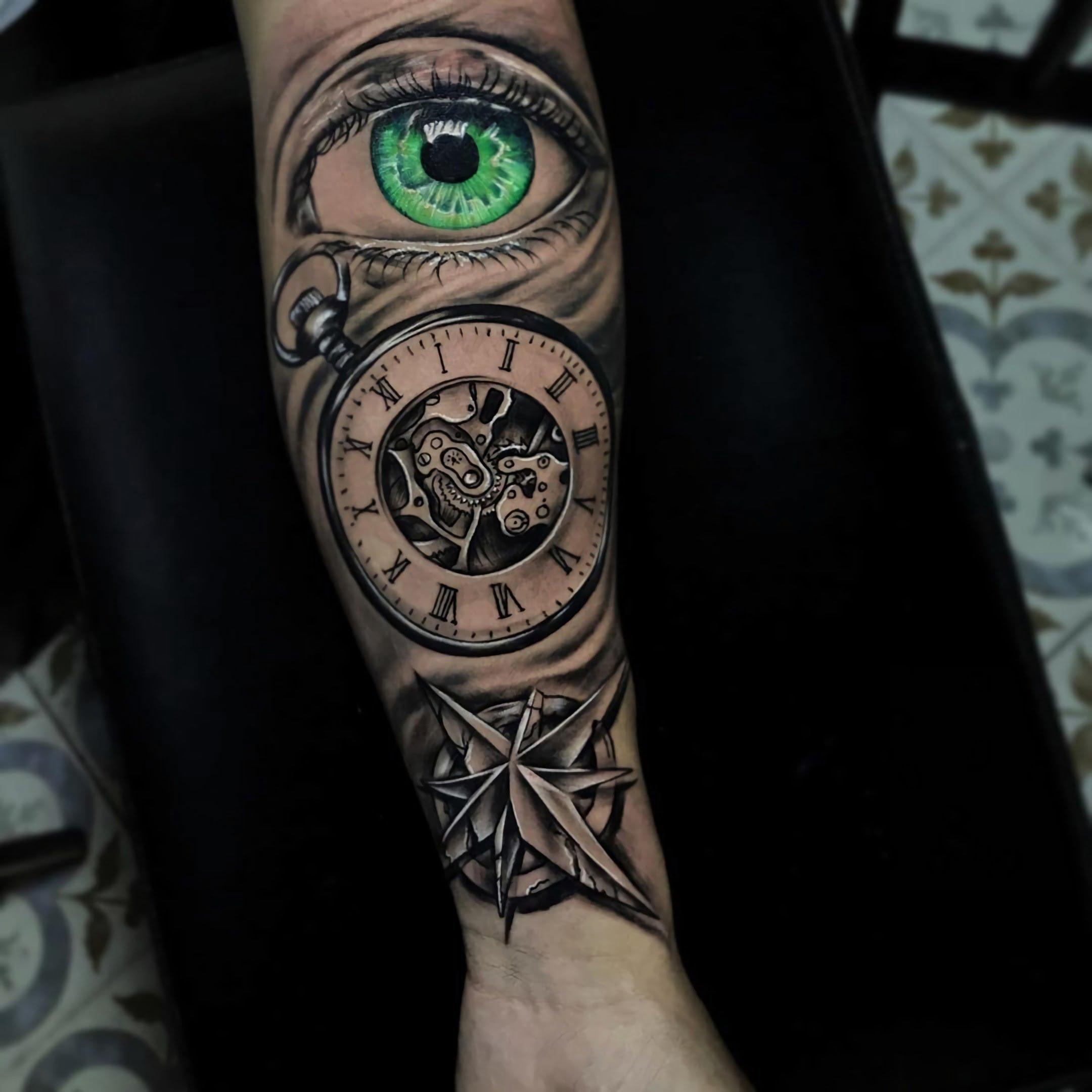 значимая татуировка часов на руке и зеленого глаза