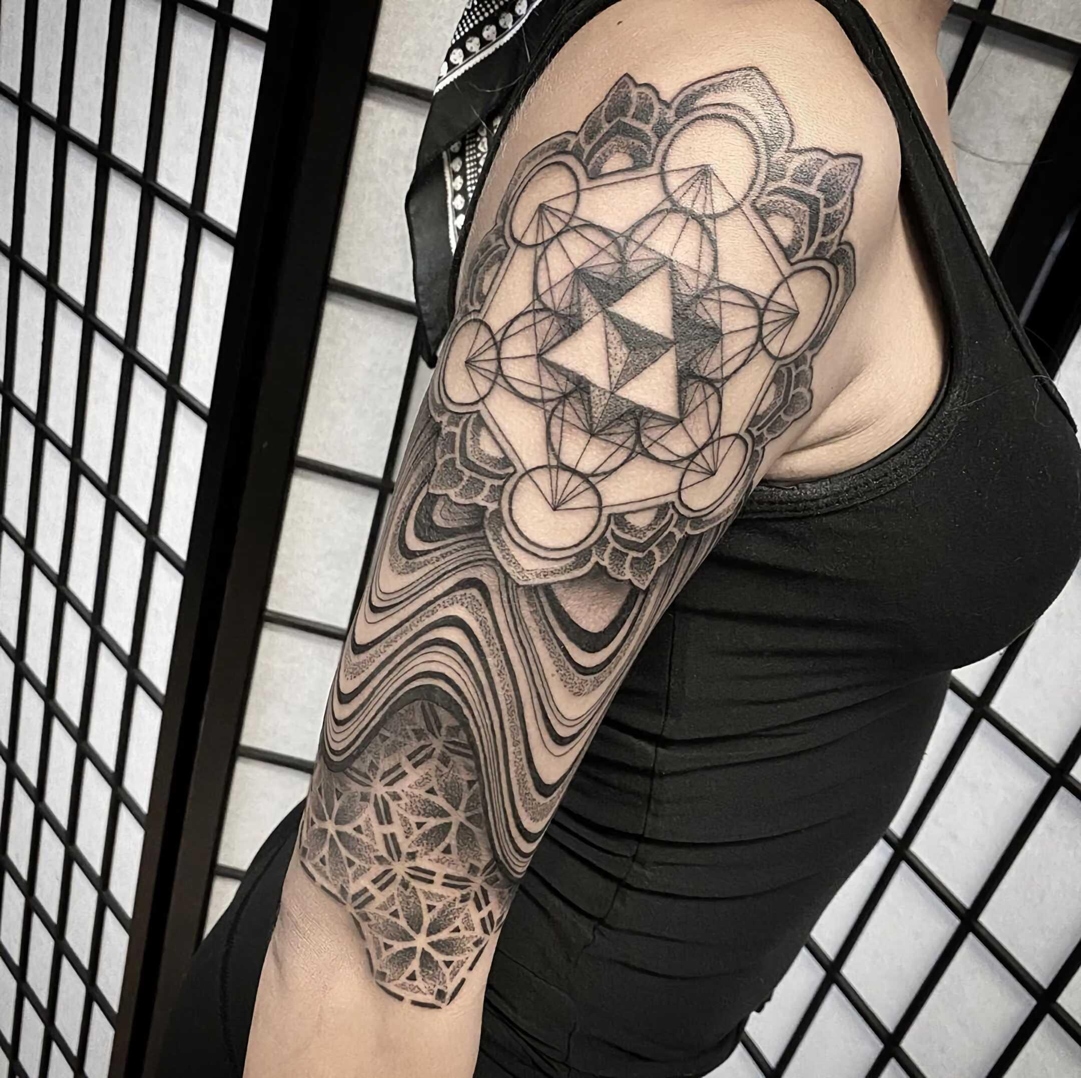 стильная геометрическая татуировка на руке