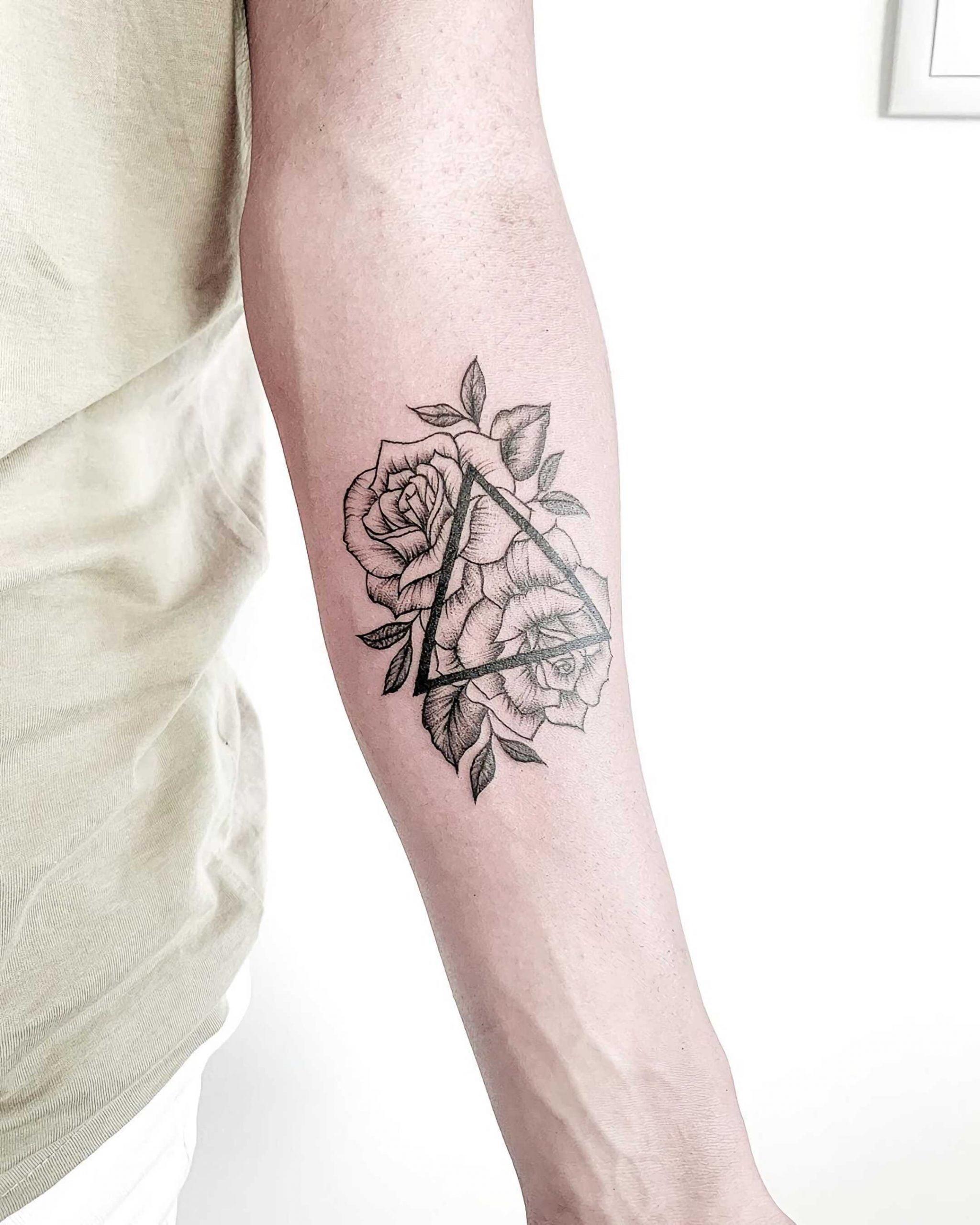 модное геометрическое тату с цветами