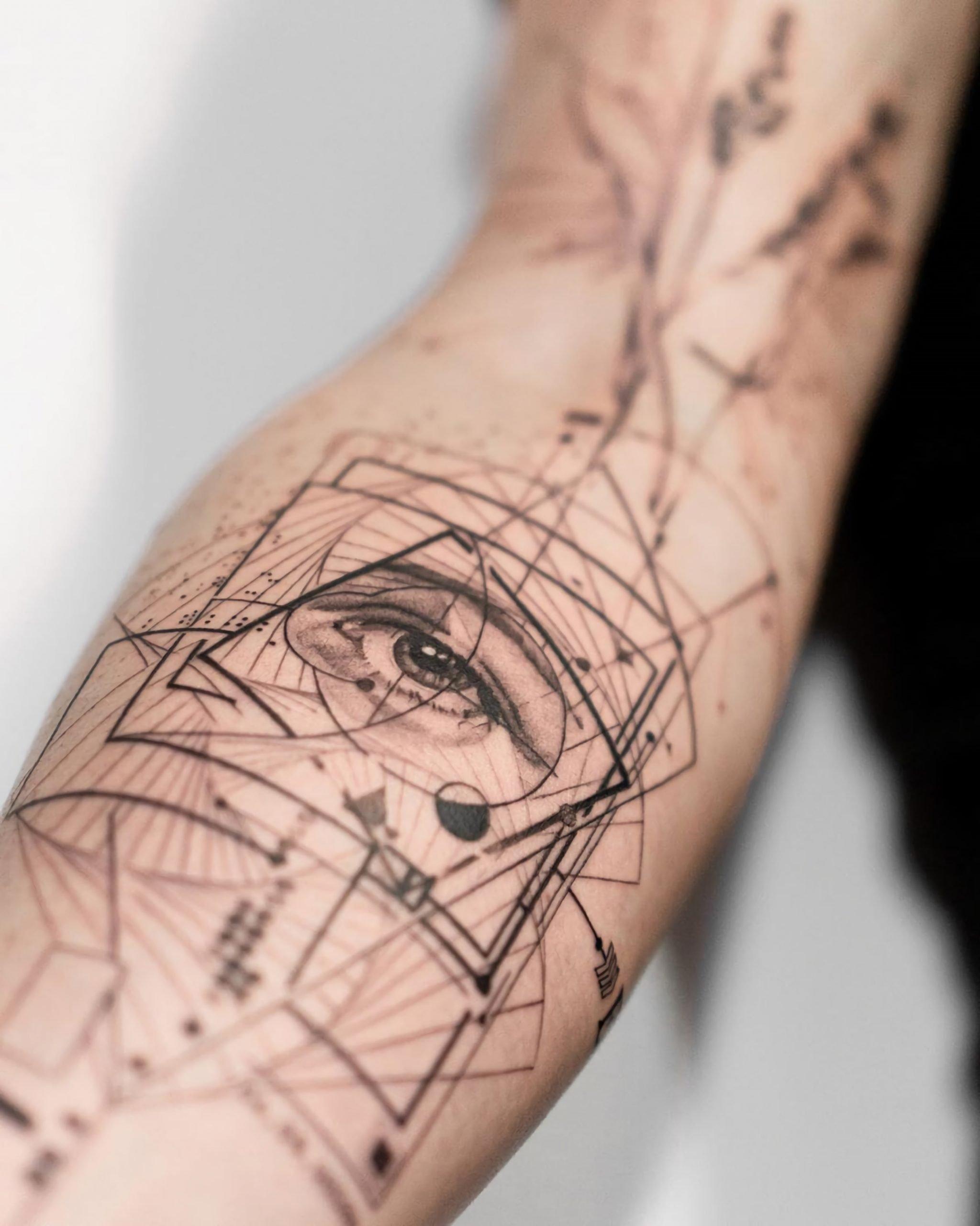 современная татуировка на руке в геометрическом стиле