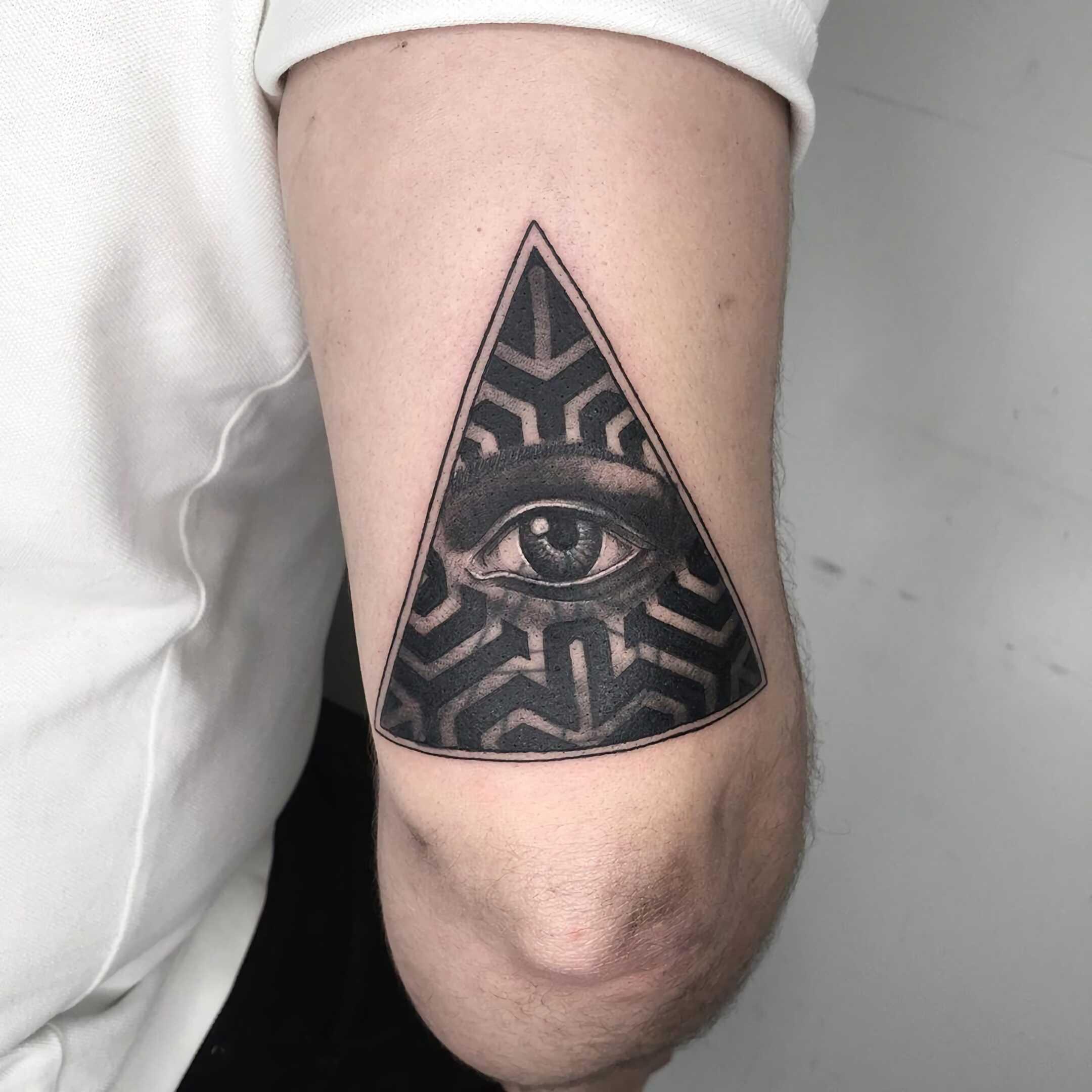 современная татуировка всевидящего глаза на руке