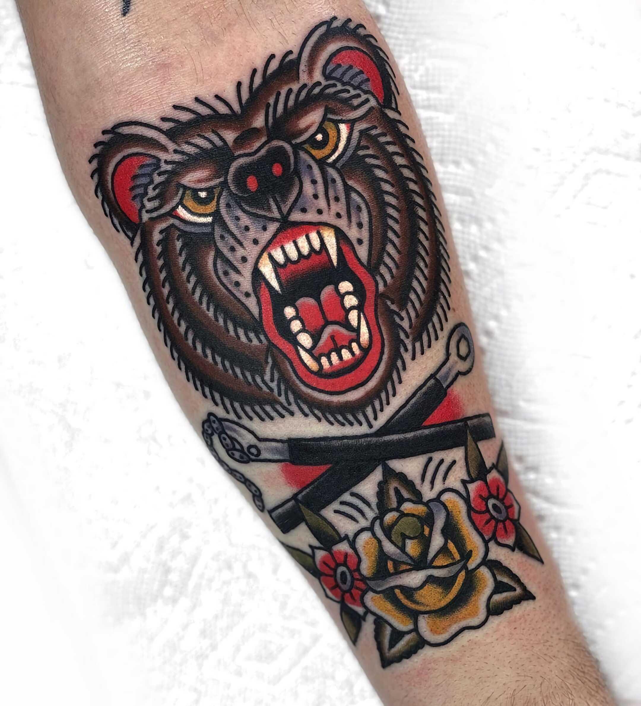 тату медведя на руке в стиле олд скул